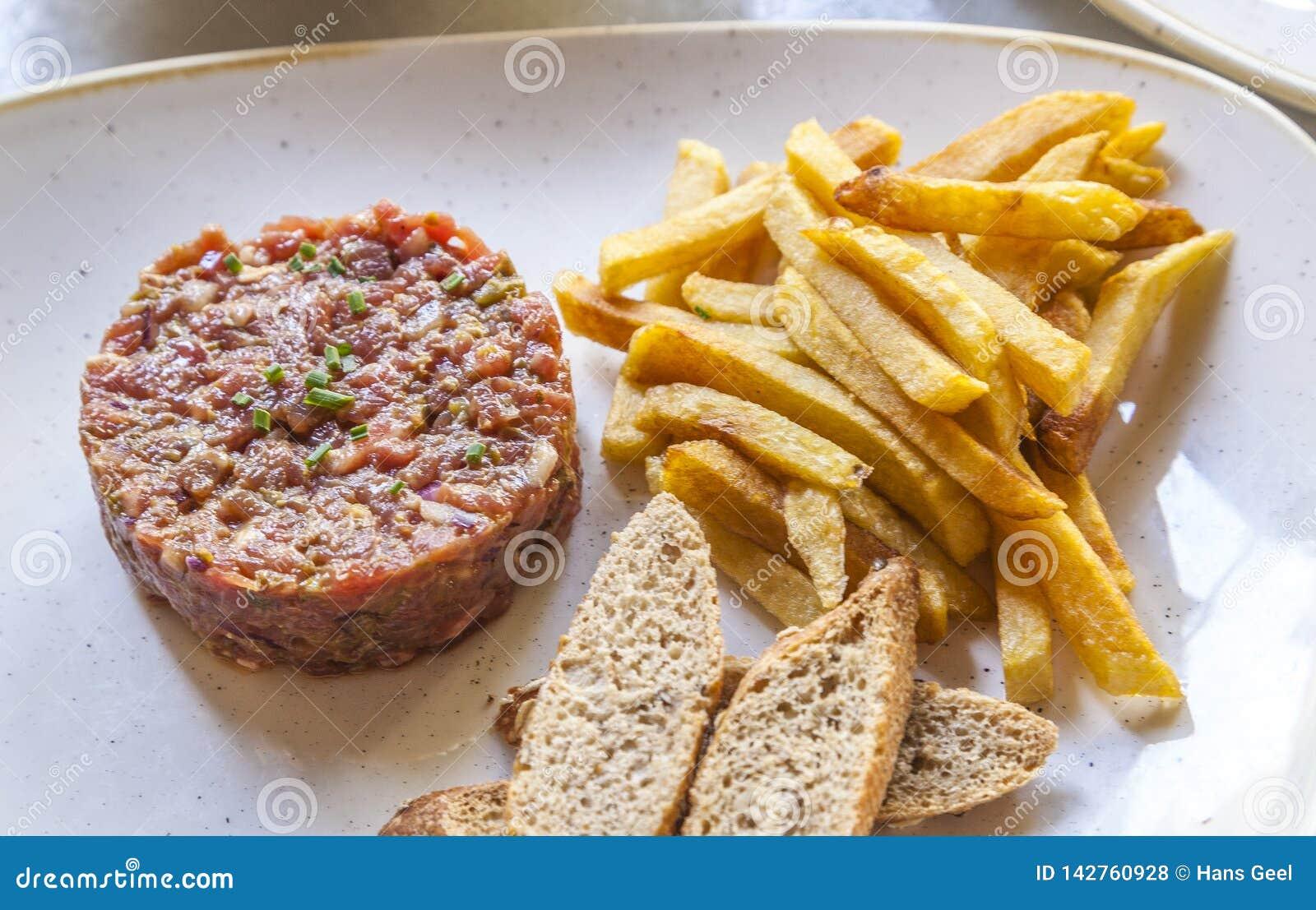 Carne a la tártara servida con las fritadas