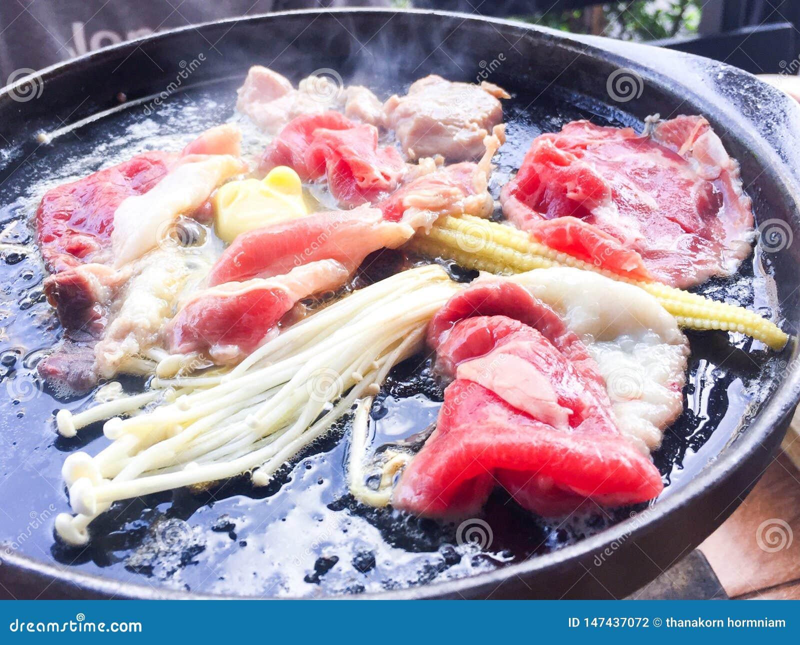 Carne na bandeja quente