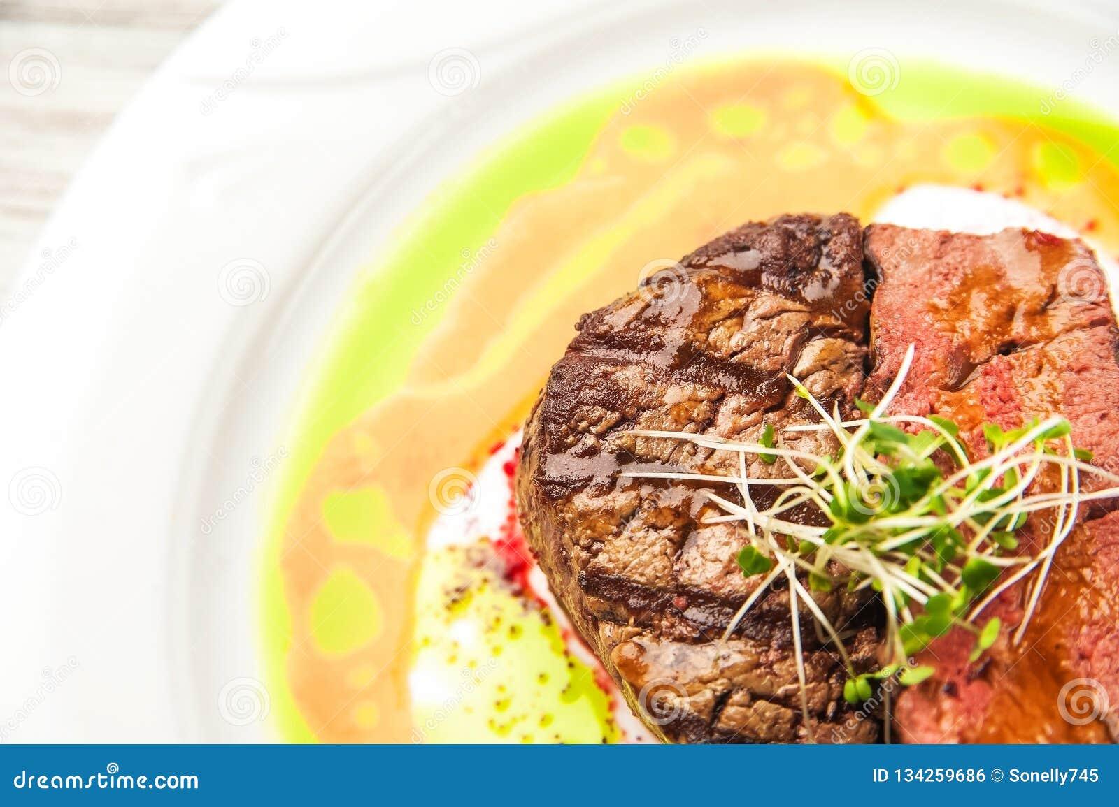 Carne Roasted com um grau de cozimento raro, médio, bem cozido Feche acima do bife da carne de porco da carne no molho e nos brot
