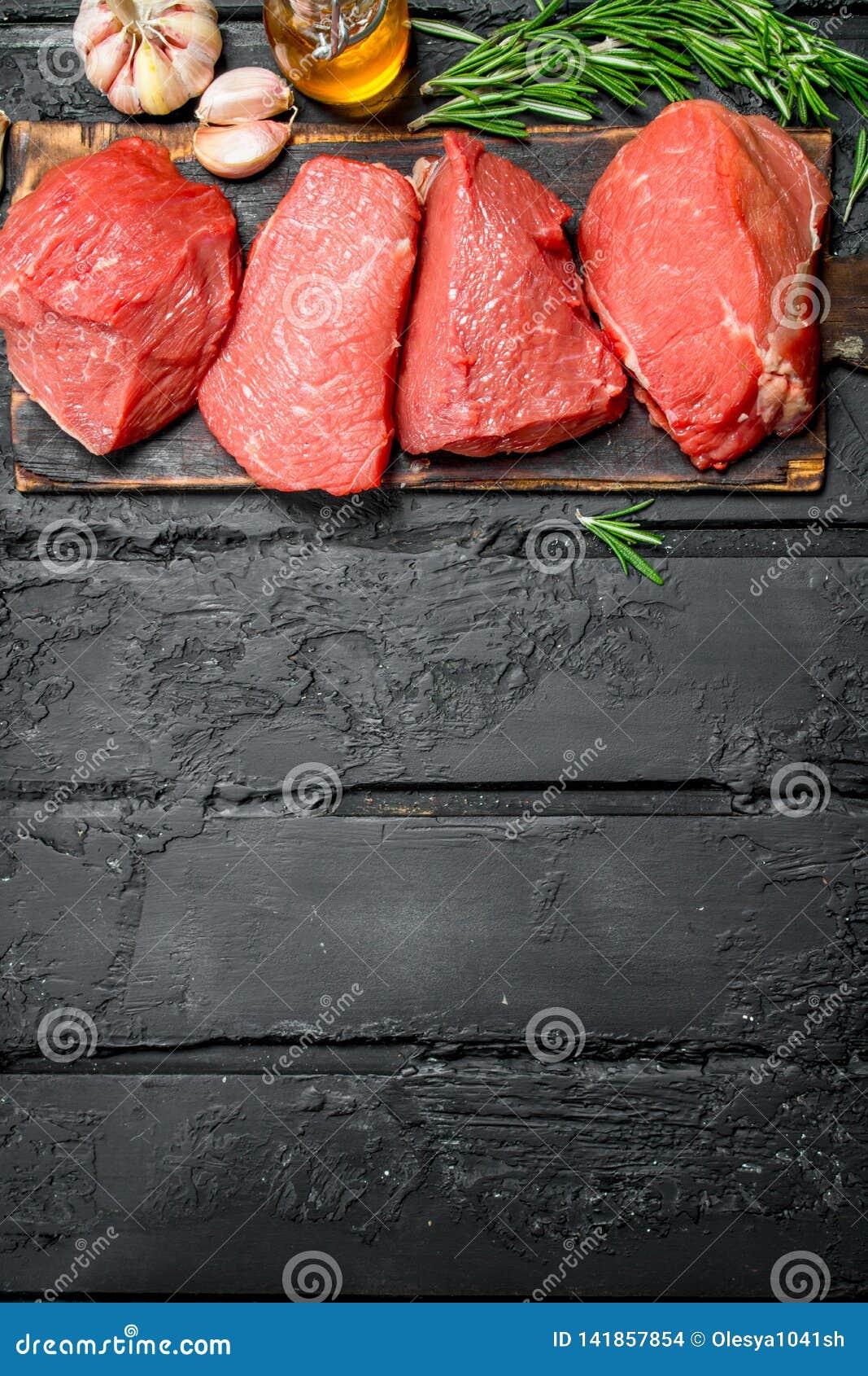 Carne sin procesar Pedazos de carne de vaca con ajo y romero