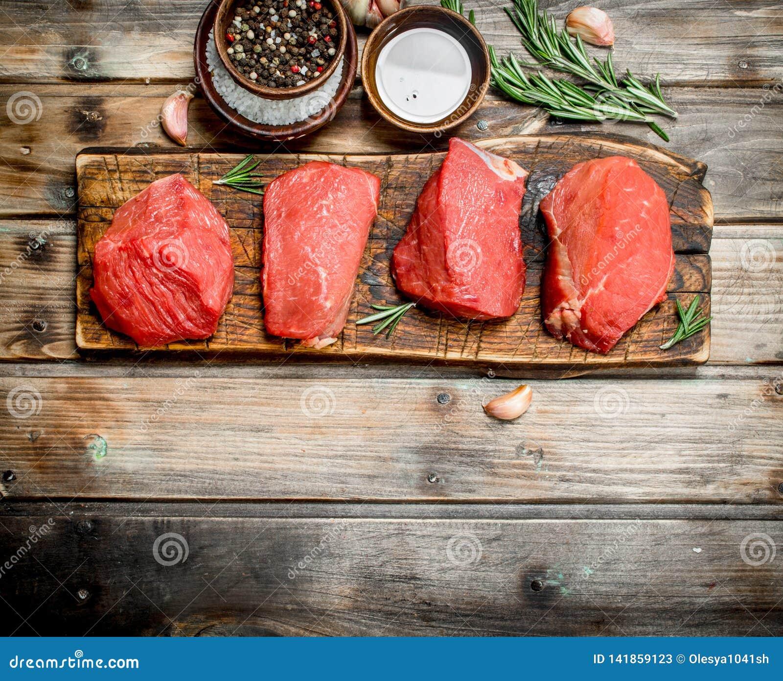 Carne sin procesar Pedazos de carne de vaca fresca con las especias y las hierbas