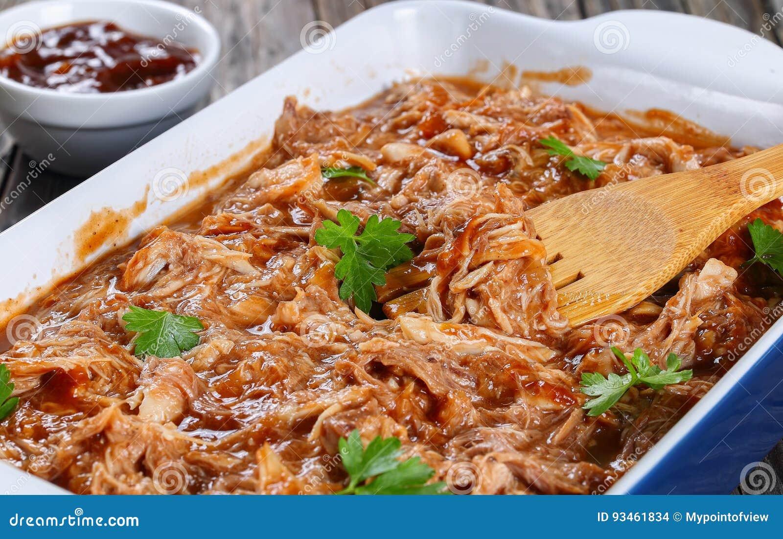 Carne tagliuzzata lanciata in salsa barbecue