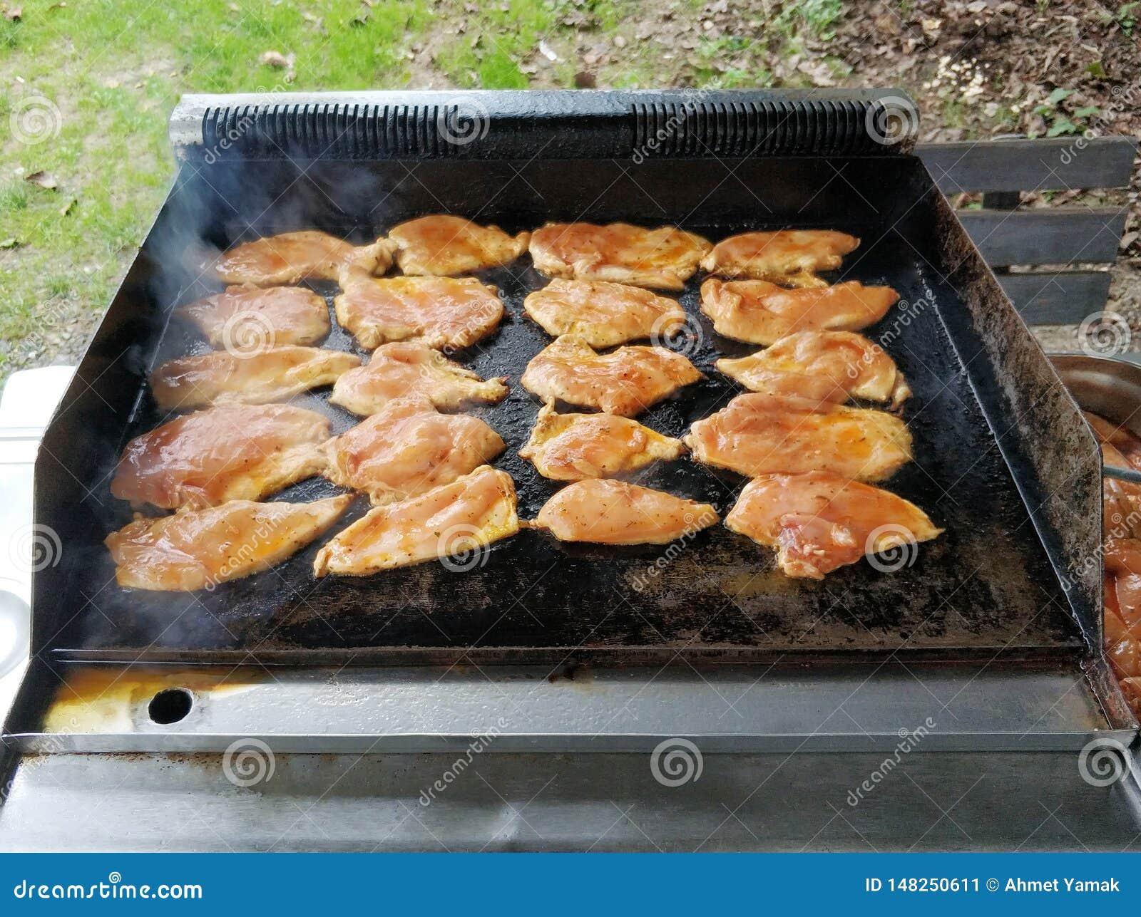 Carnes da galinha no assado