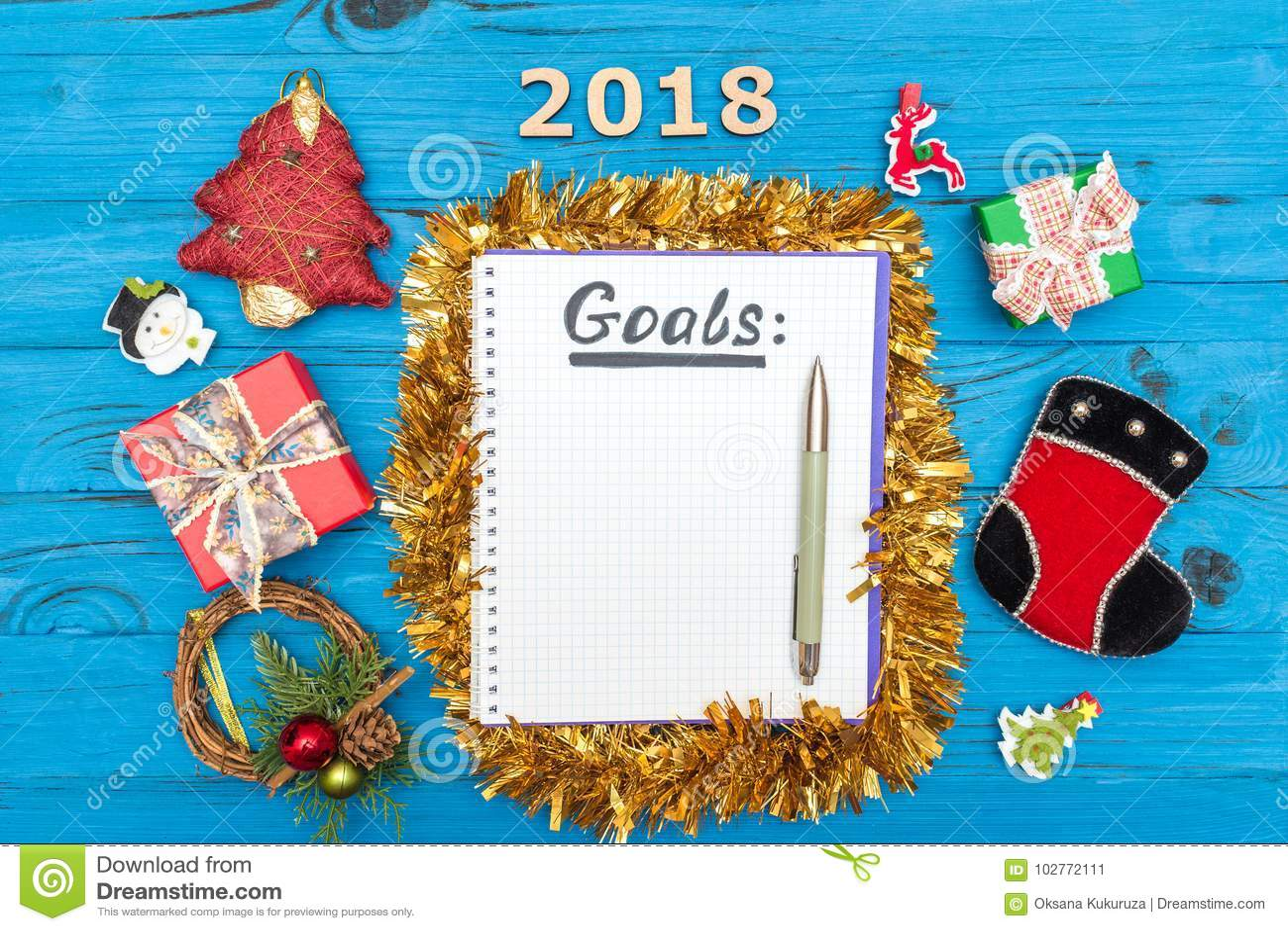 Carnet avec des buts de nouvelles années pour 2018 avec un stylo et numéros 2018, boîte-cadeau et ornements de nouvelle année sur