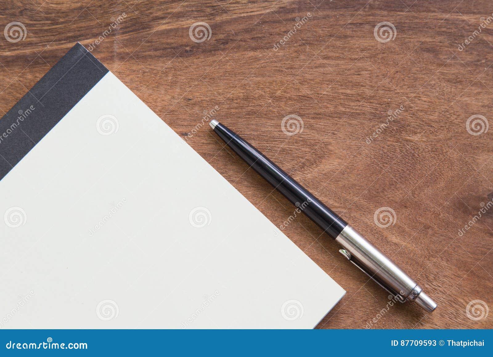 Carnet avec le stylo sur la table en bois, concept d affaires