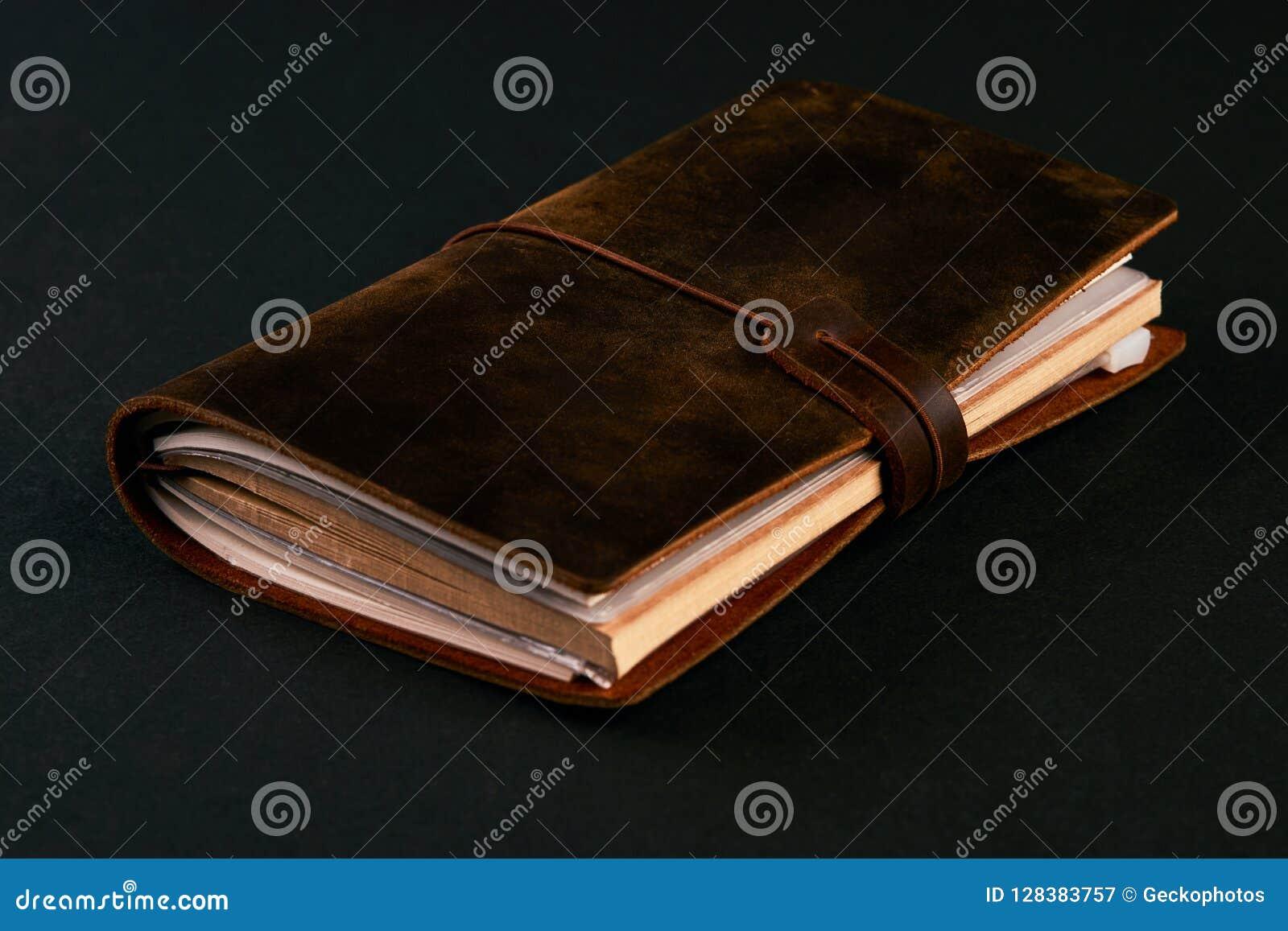 Carnet de journal intime de papier fait main dans la couverture en cuir brune