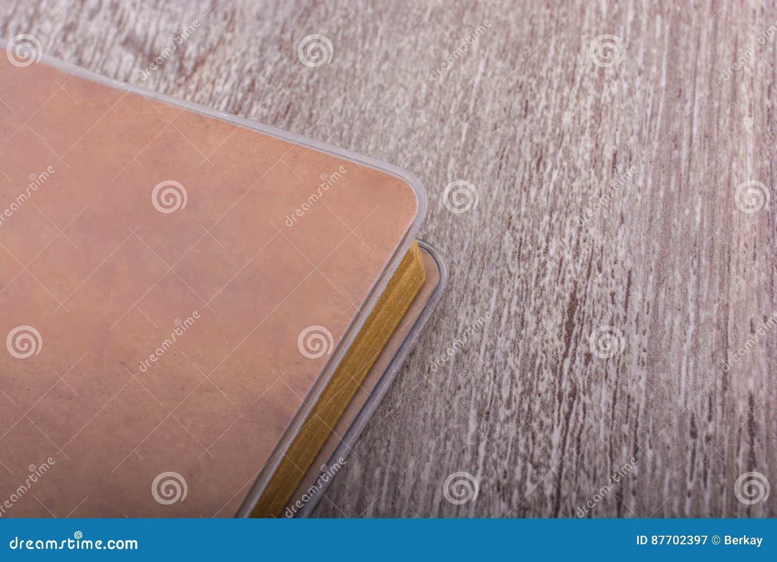 Carnet de notes à spirale sur un fond gris
