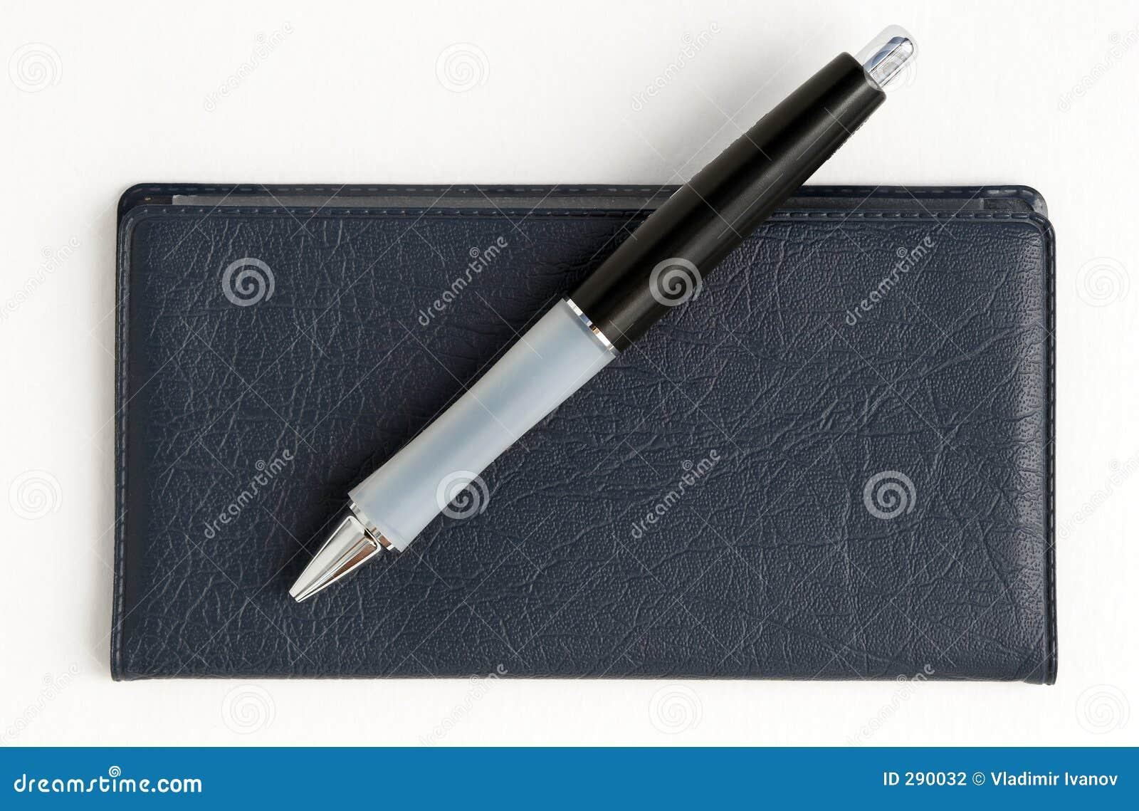 Carnet di assegni e penna