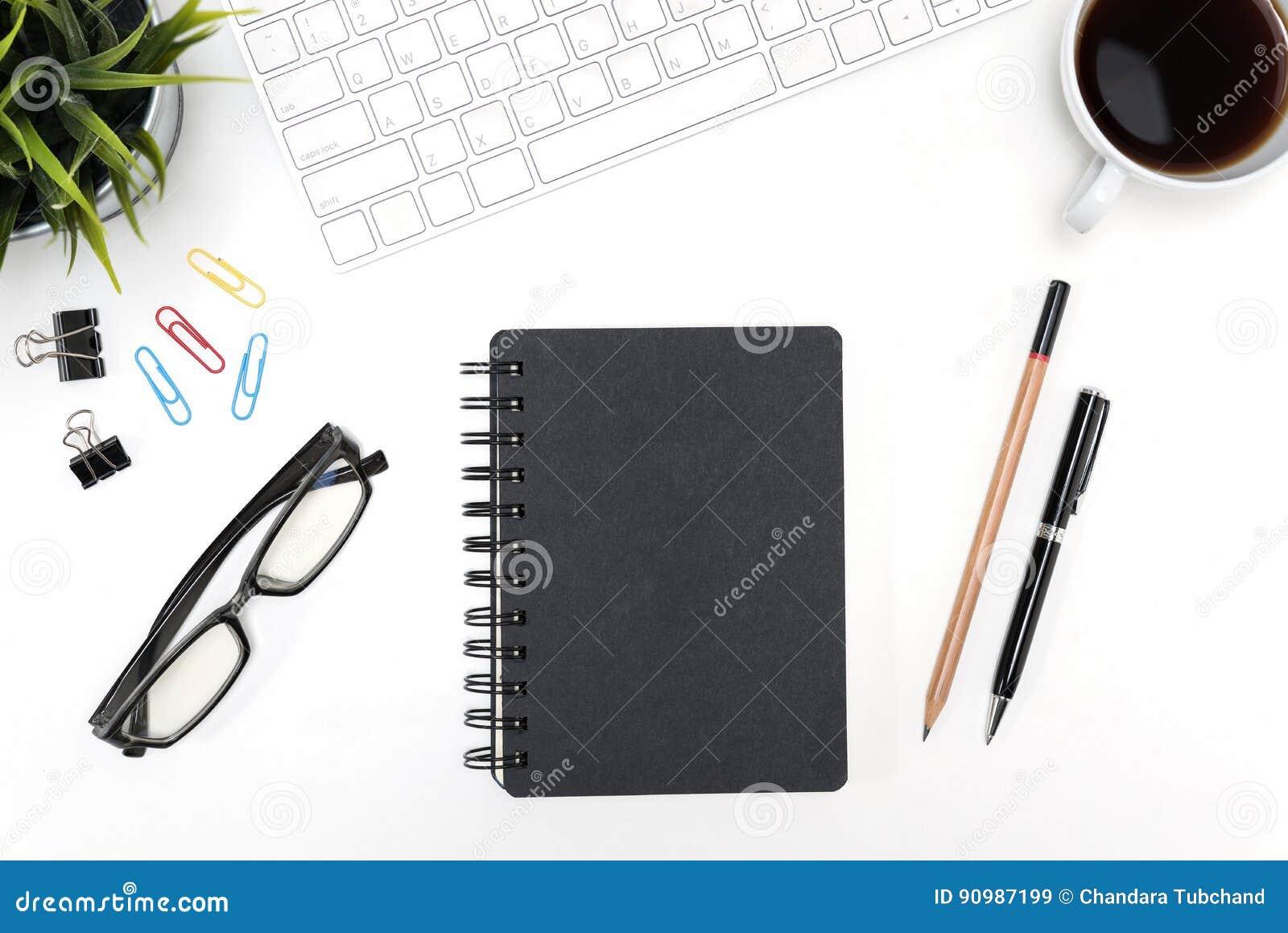 Carnet noir sur le fond blanc de table de bureau avec l espace de