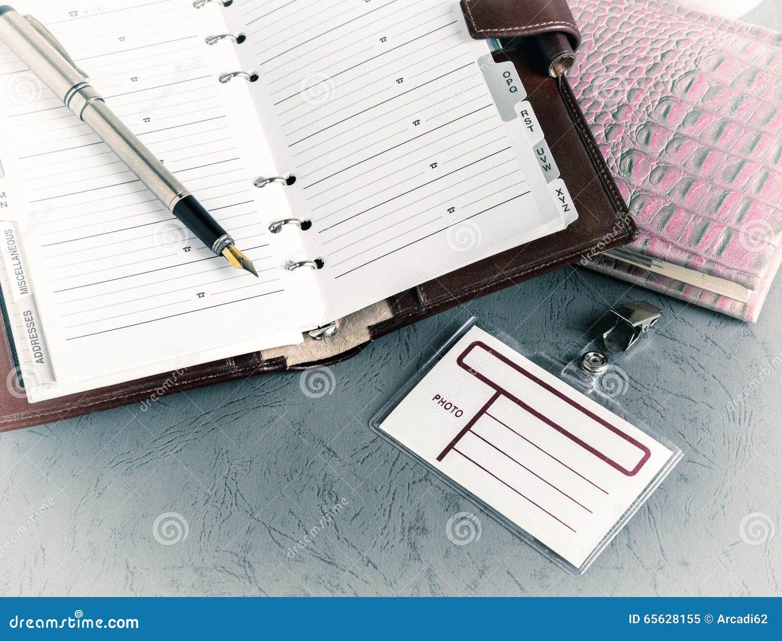 Carnet ouvert de stylo, insigne, vintage
