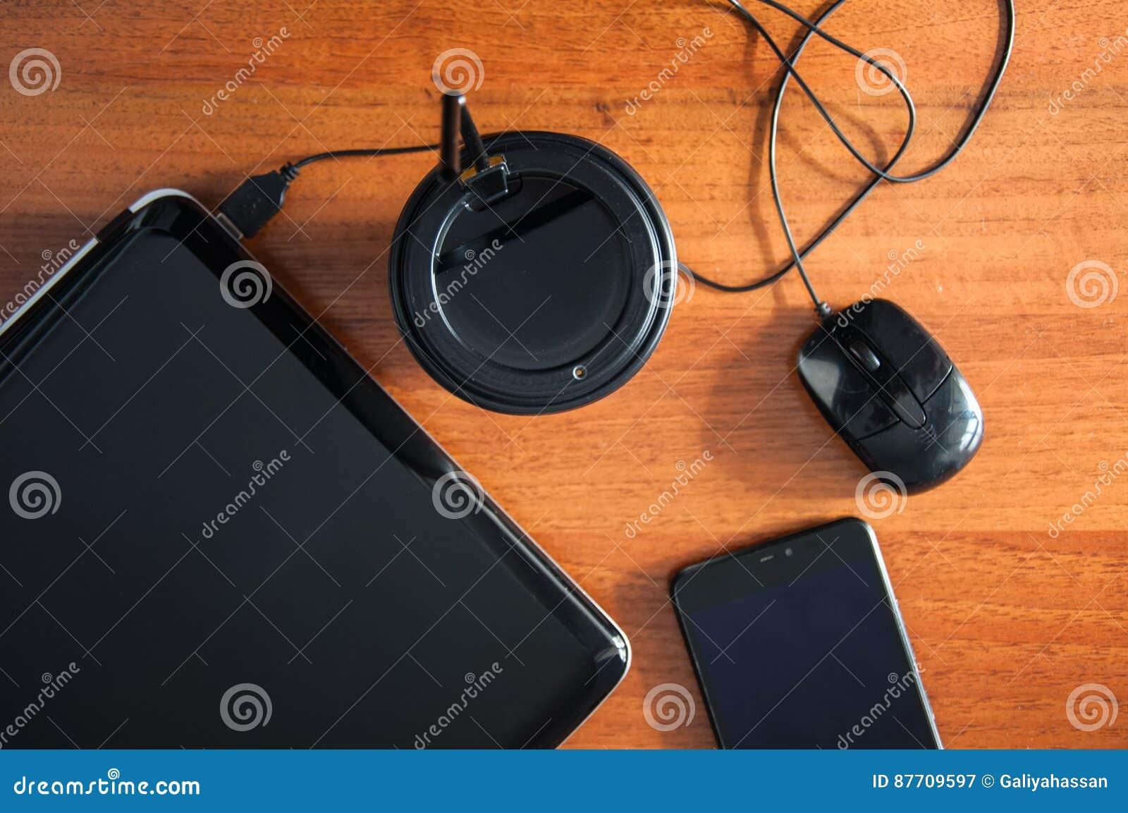 Carnet Pen Phone Cup de souris d ordinateur portable de café sur un front