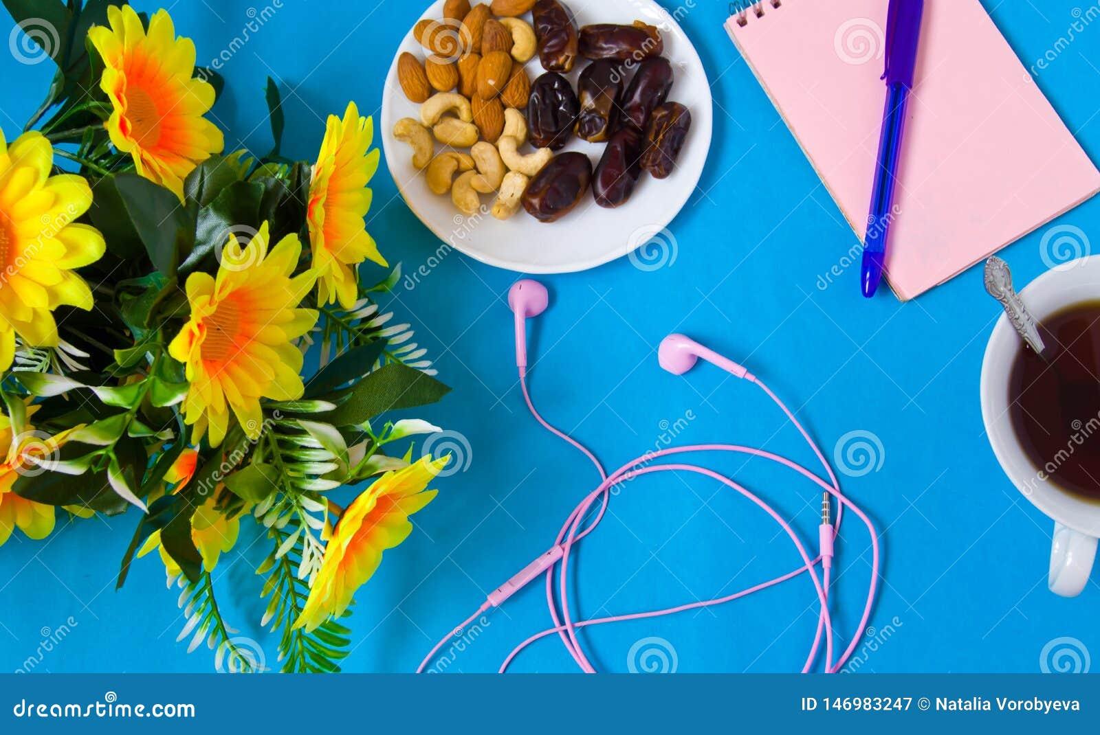 Carnet, stylo, fleurs, lieu de travail femelle