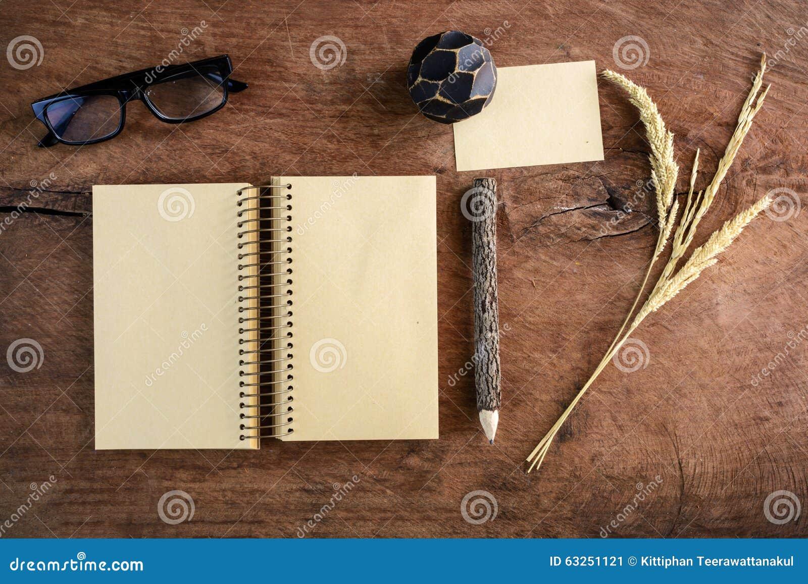 Carnet vide avec des verres doeil sur le vieux bureau en bois image