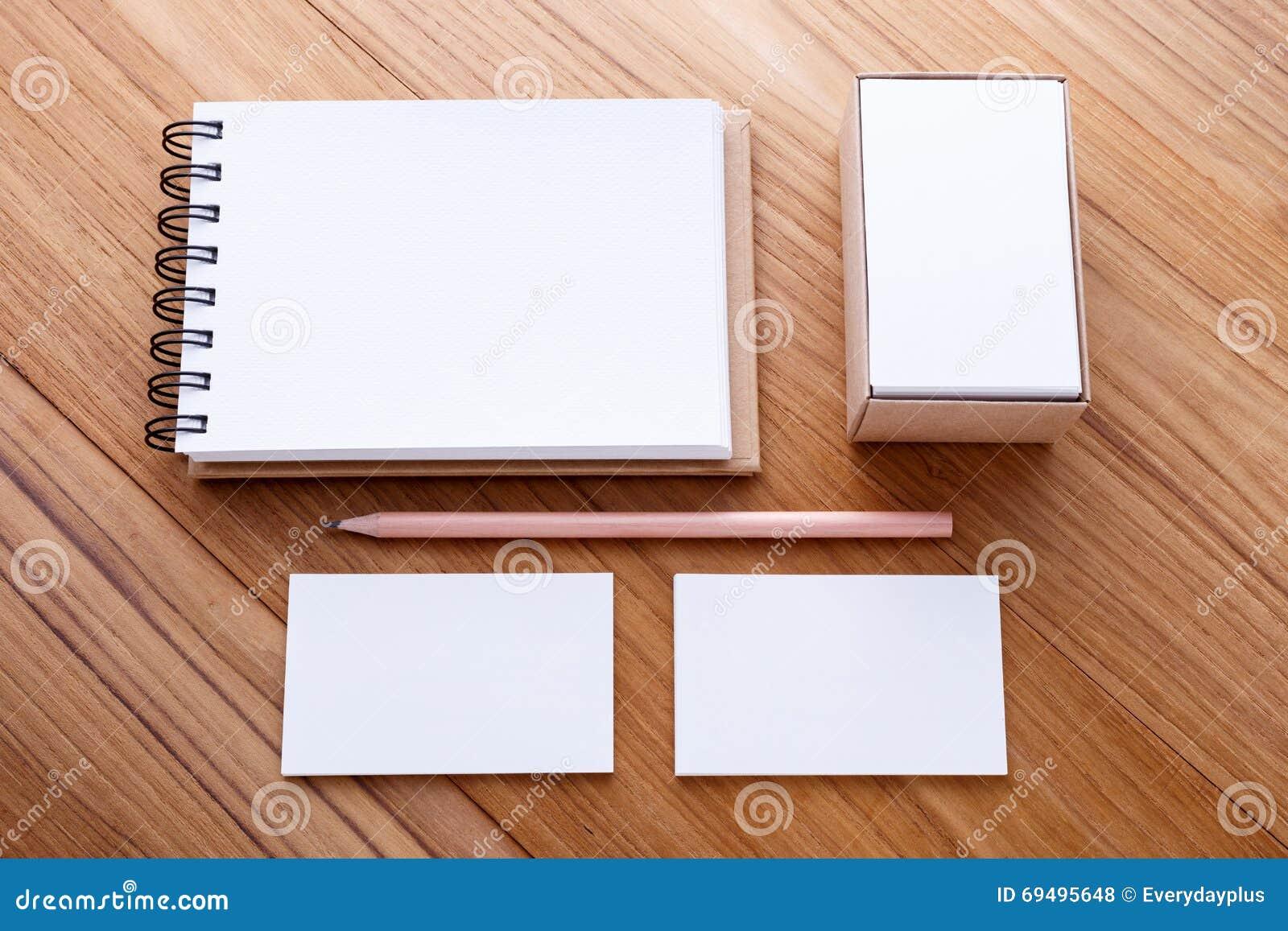Carnet De Notes A Spirale Avec Le Crayon Et Carte Visite Professionnelle Sur La Table En Bois