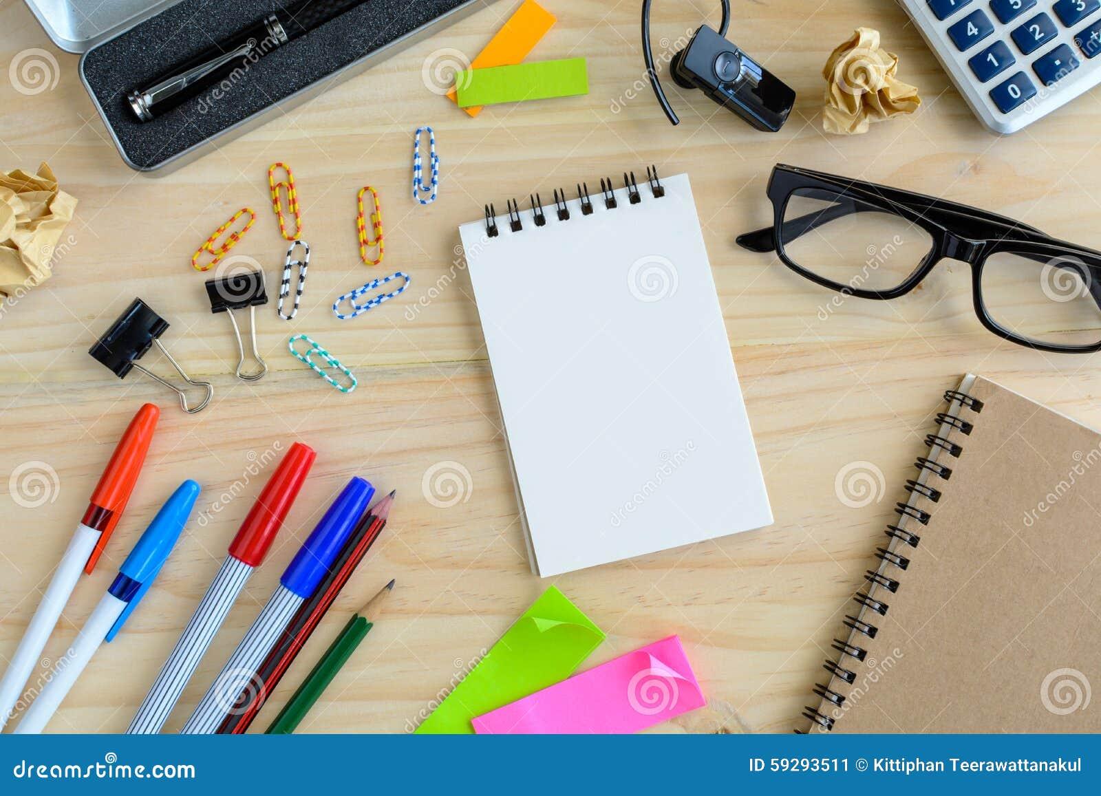 carnet vide avec la fourniture de bureau sur le bureau image stock image 59293511. Black Bedroom Furniture Sets. Home Design Ideas