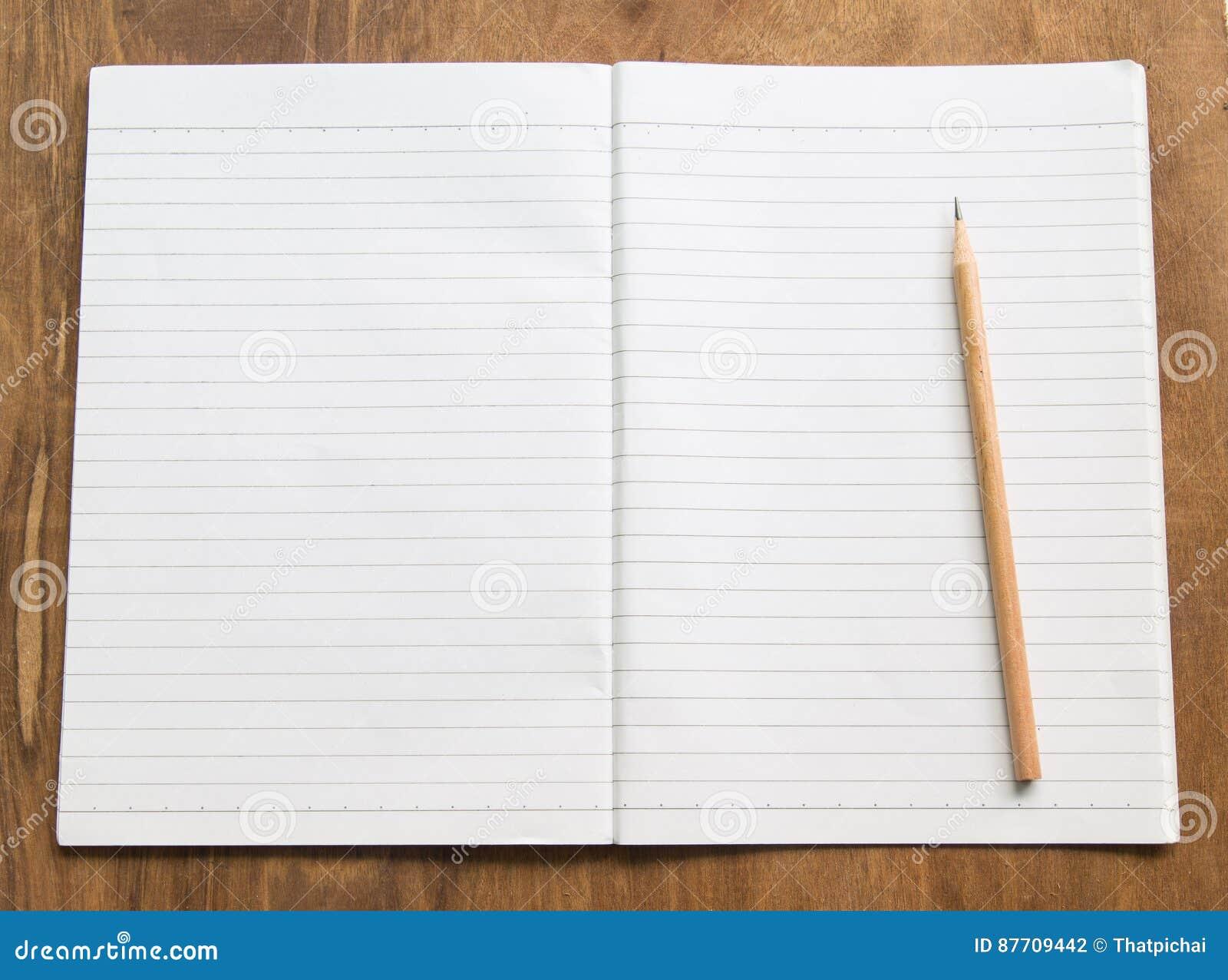 Carnet vide avec le crayon sur la table en bois, concept d affaires