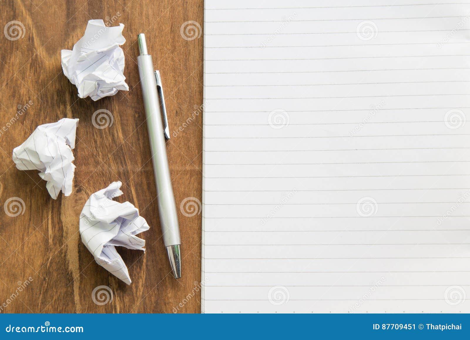 Carnet vide avec le stylo sur la table en bois, concept d affaires