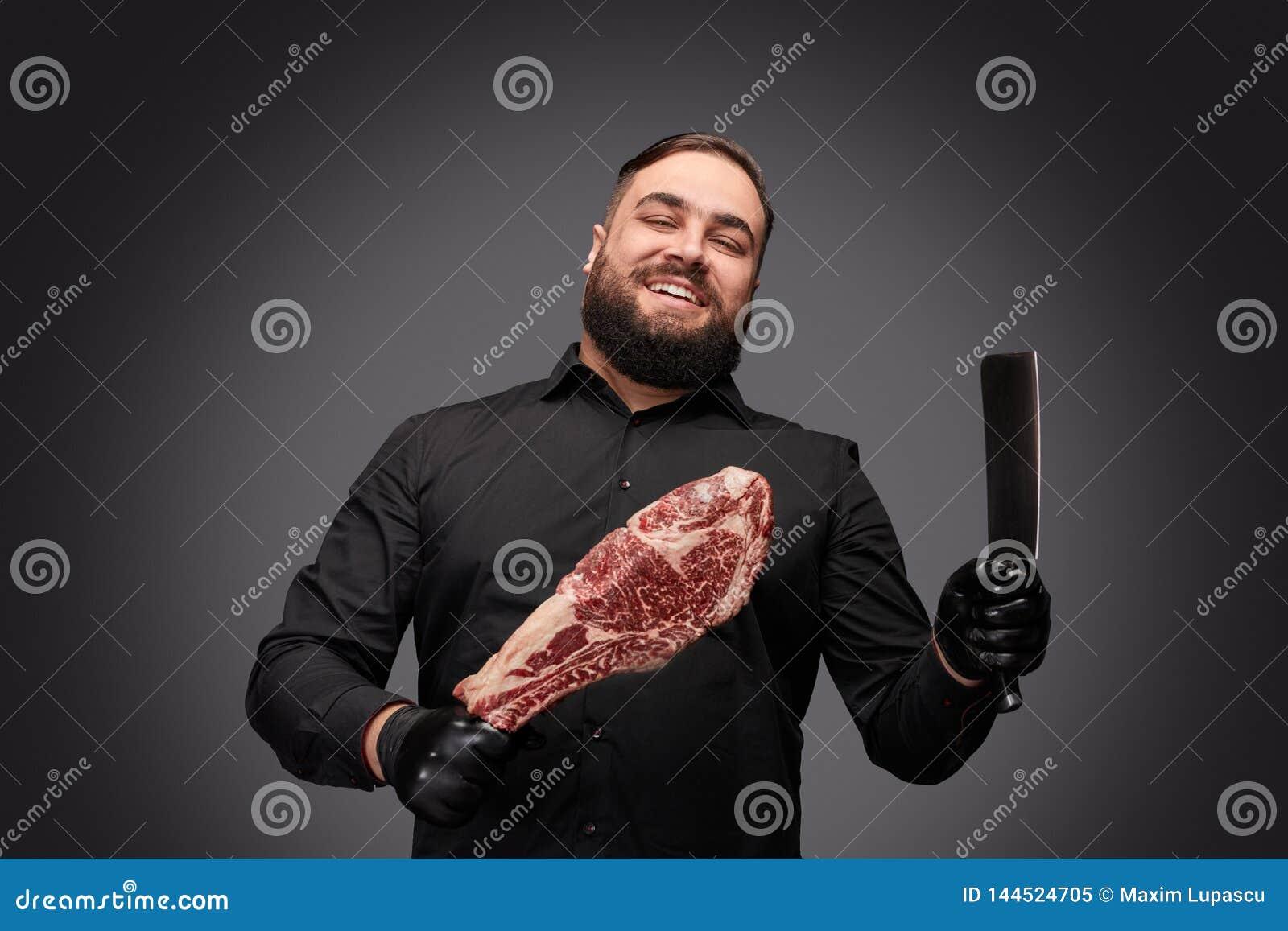 Carniceiro alegre com faca e carne