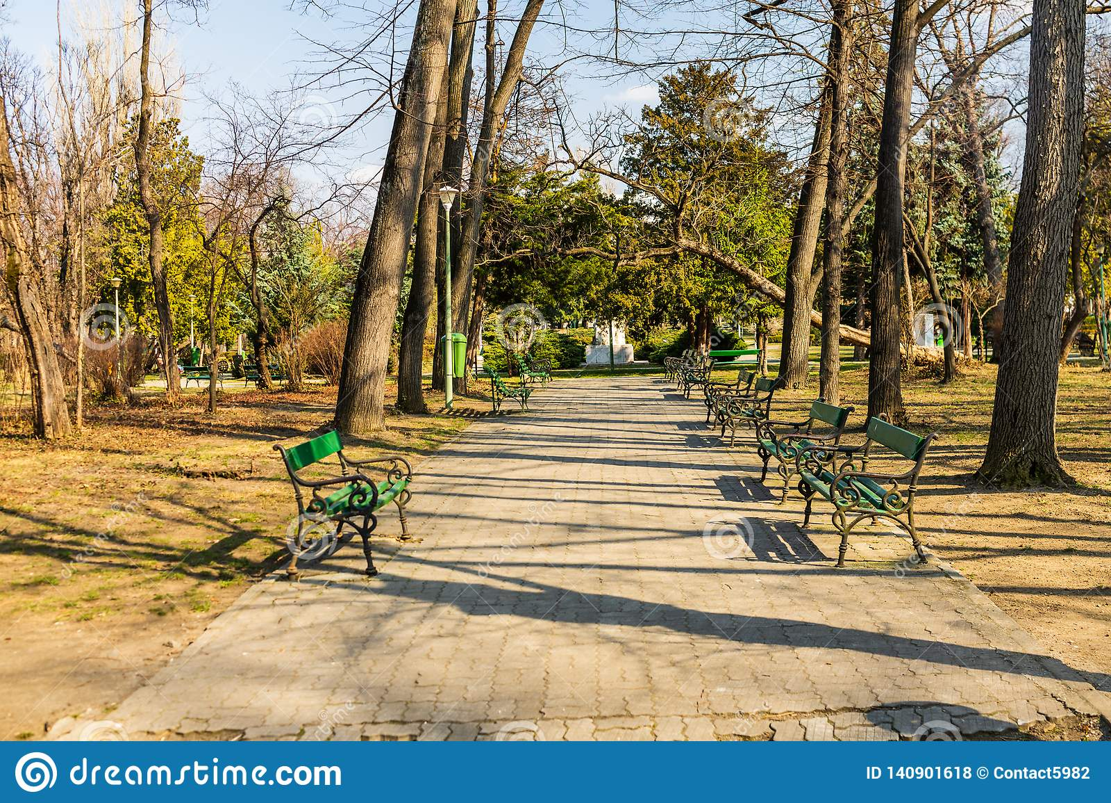 Carol park w Bucharest, Rumunia aleja pusta