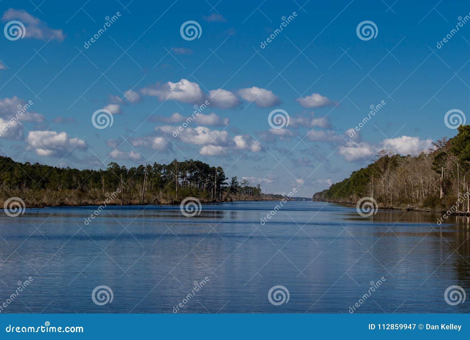 Carolina Intercoastal Waterway norte alinhada com árvores