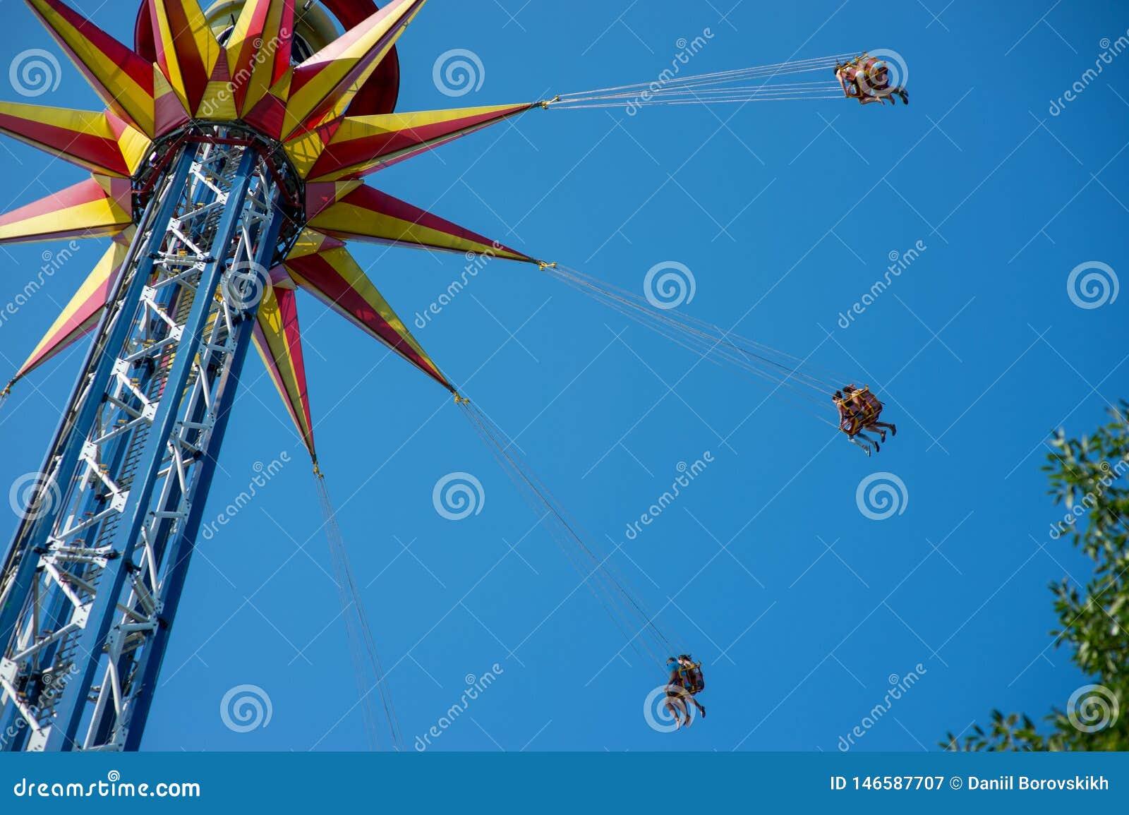Carosello con un ascensore in un parco di festa