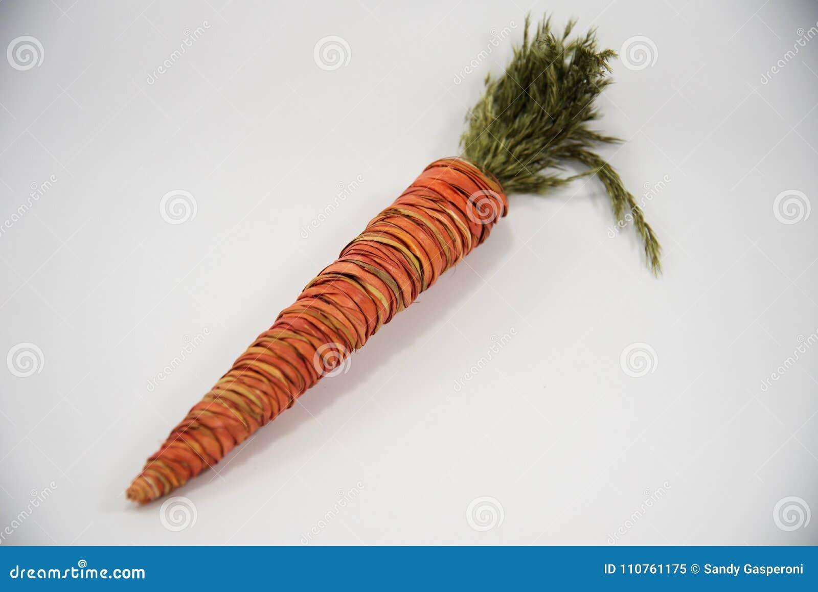 Carota arancio decorativa della paglia di Pasqua
