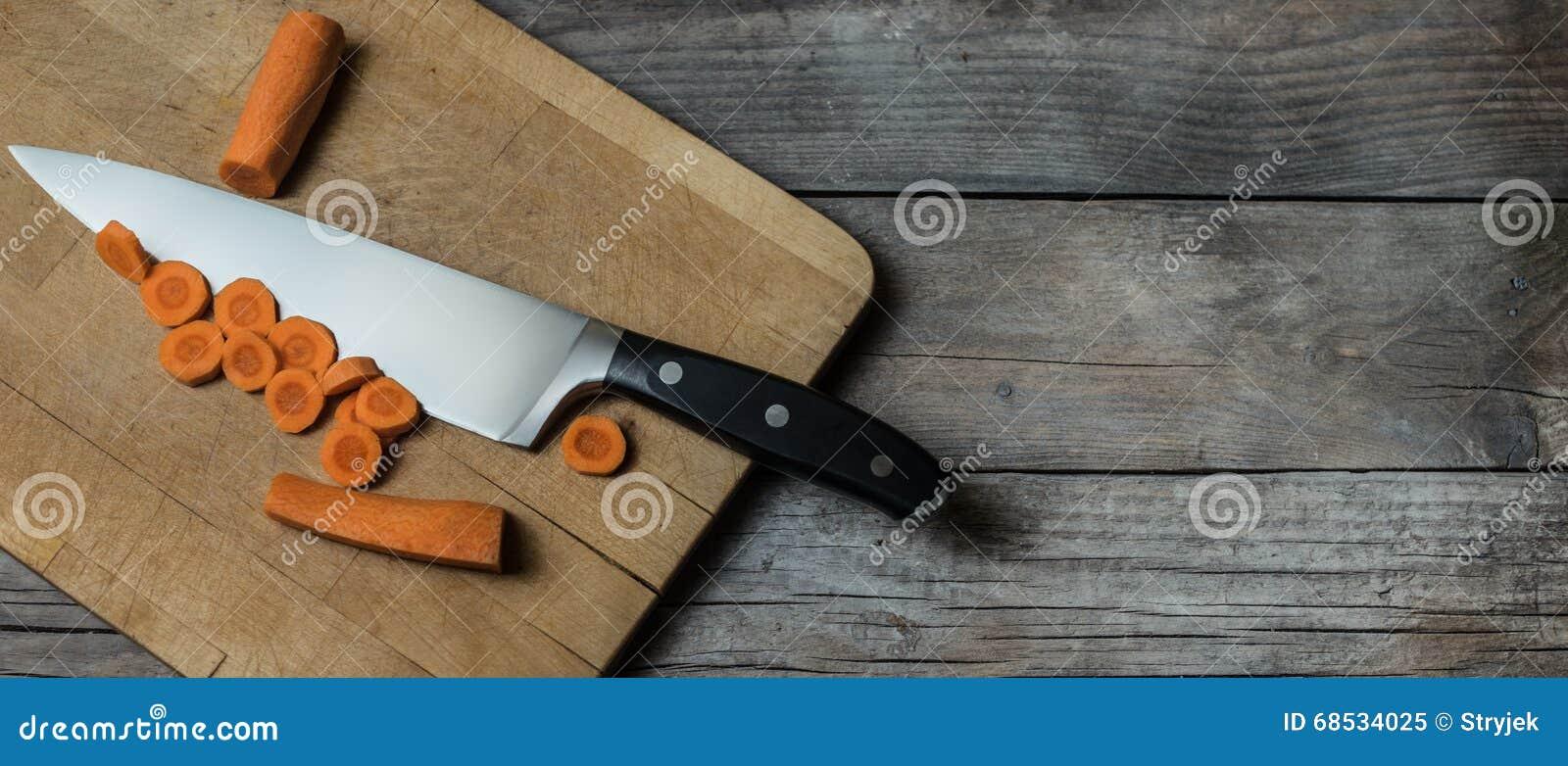 Carote di recente cutted sulla vecchia tavola di legno