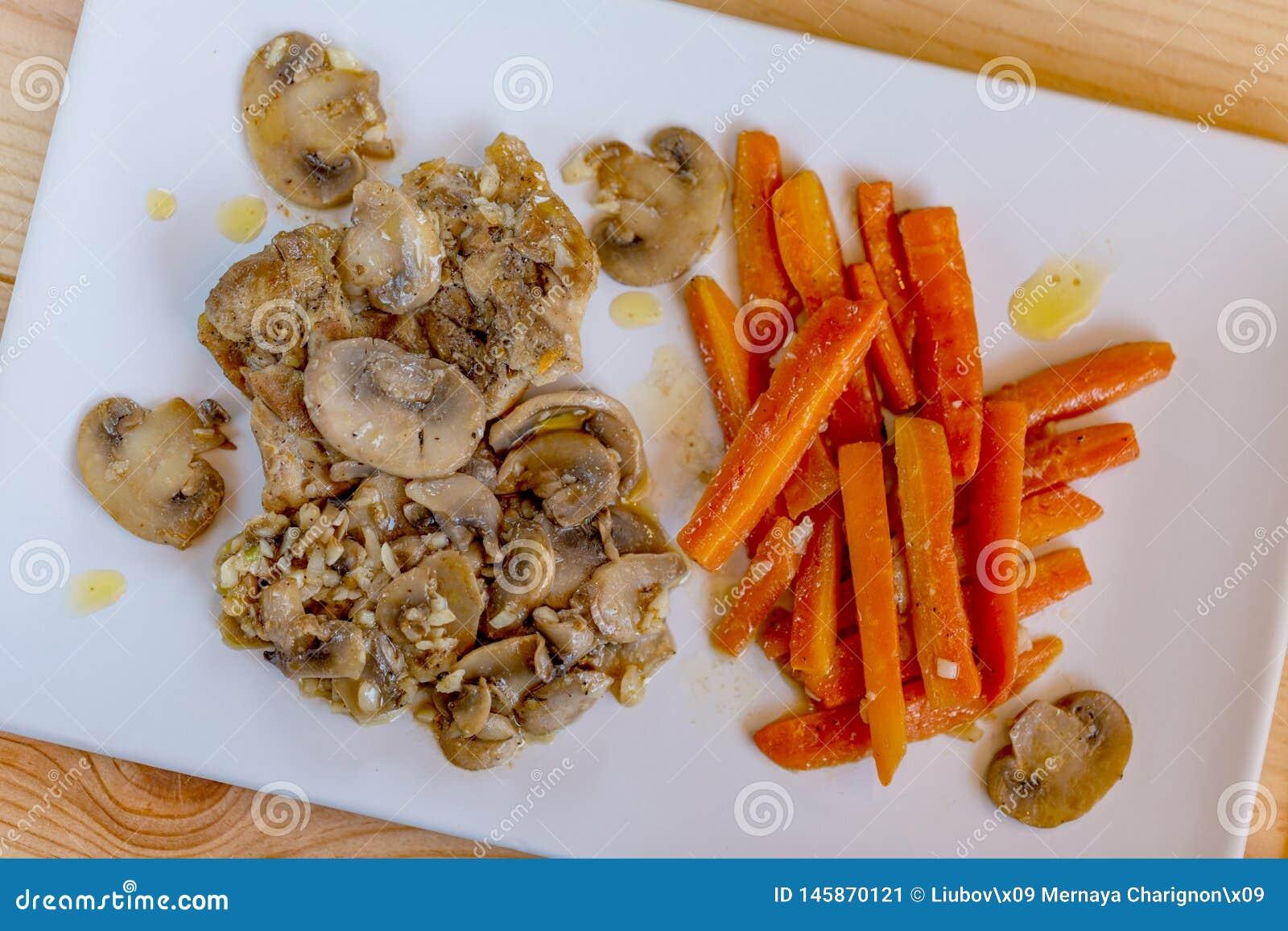 Carottes, champignons et poulet frits