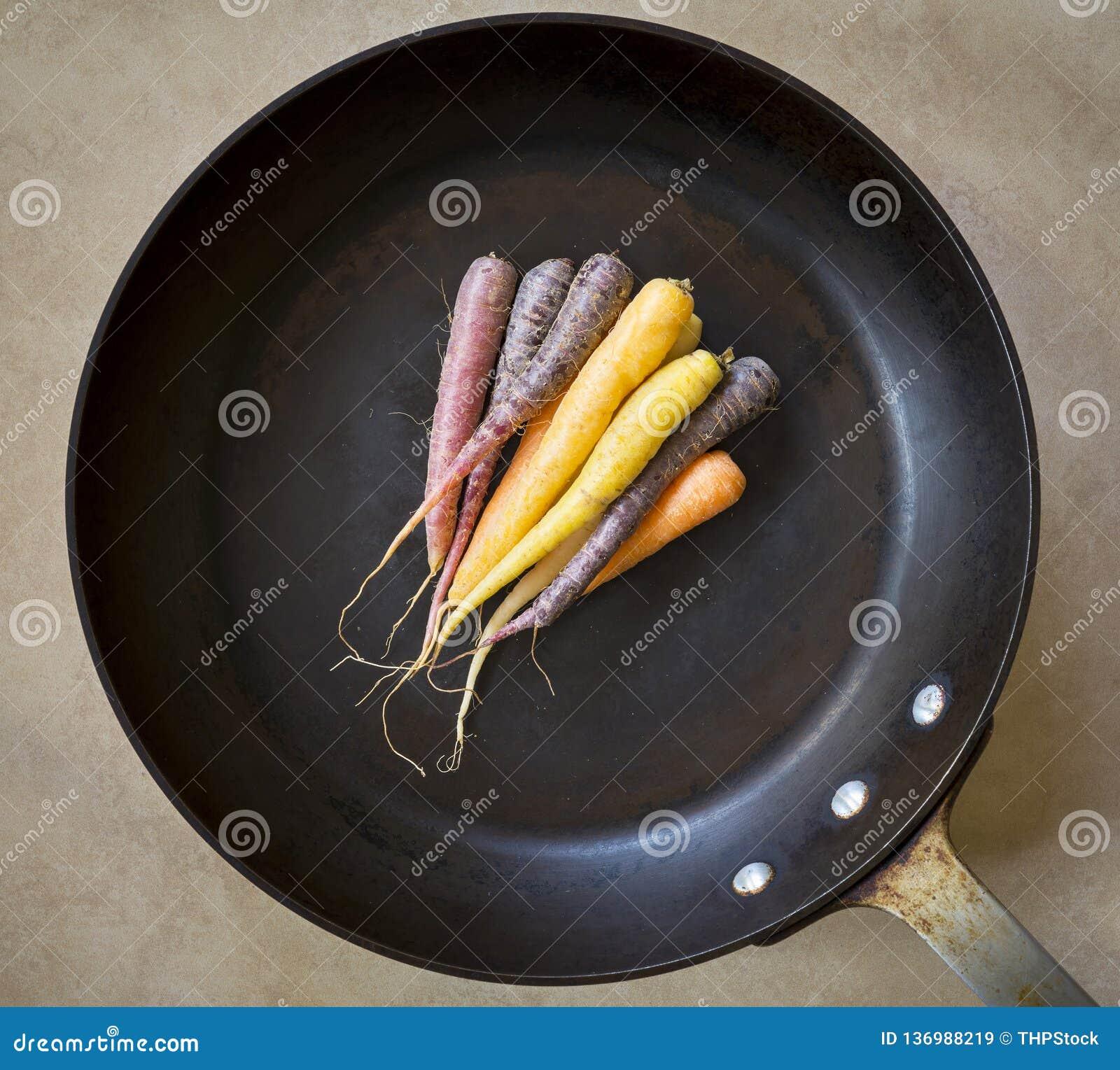 Carottes d héritage dans la casserole de torréfaction