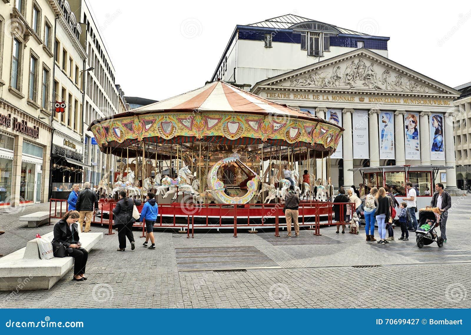 Carousel перед королевским Ла Monnaie театра в Брюсселе