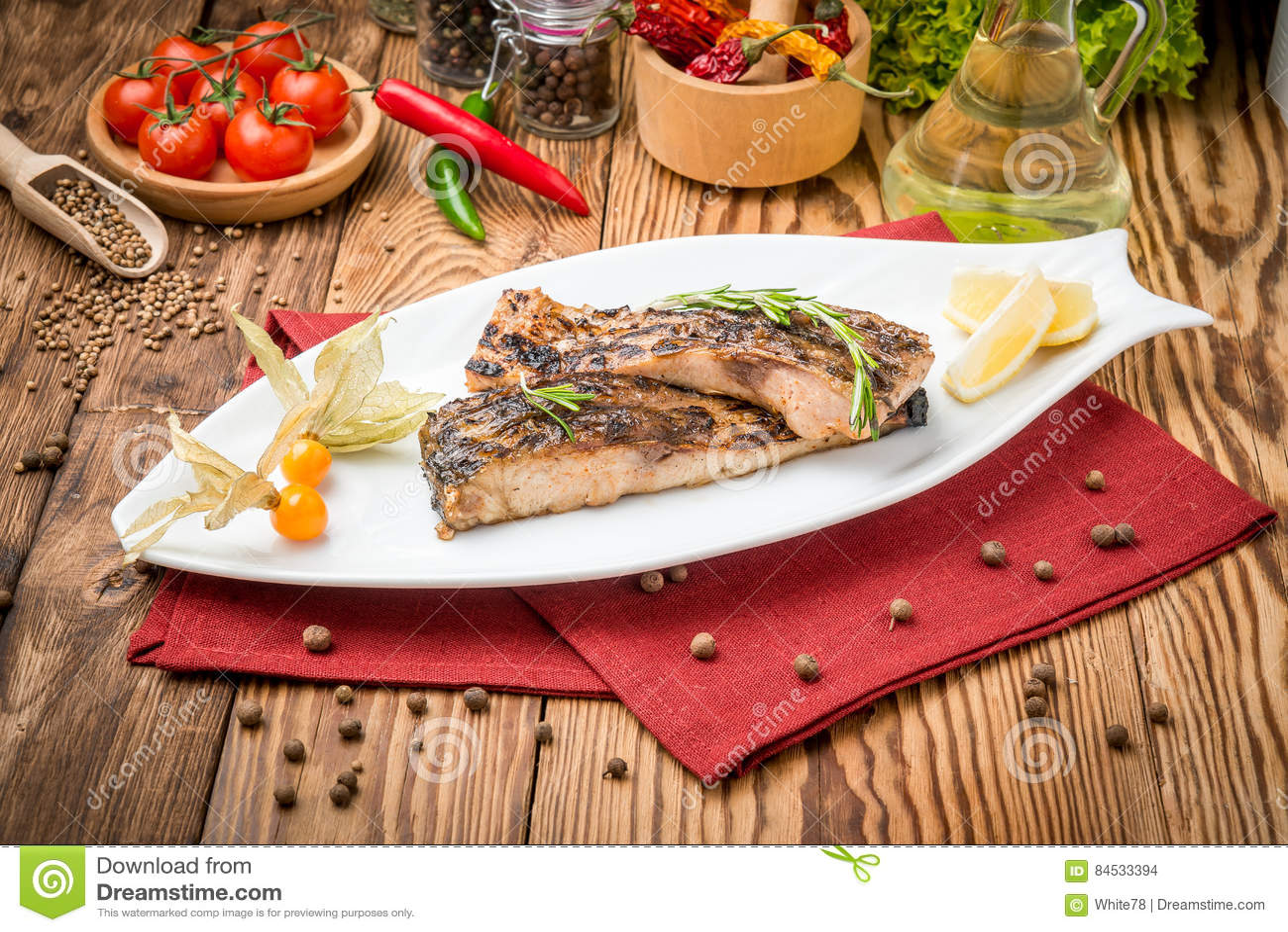 Carpa fritta del pesce sulla griglia
