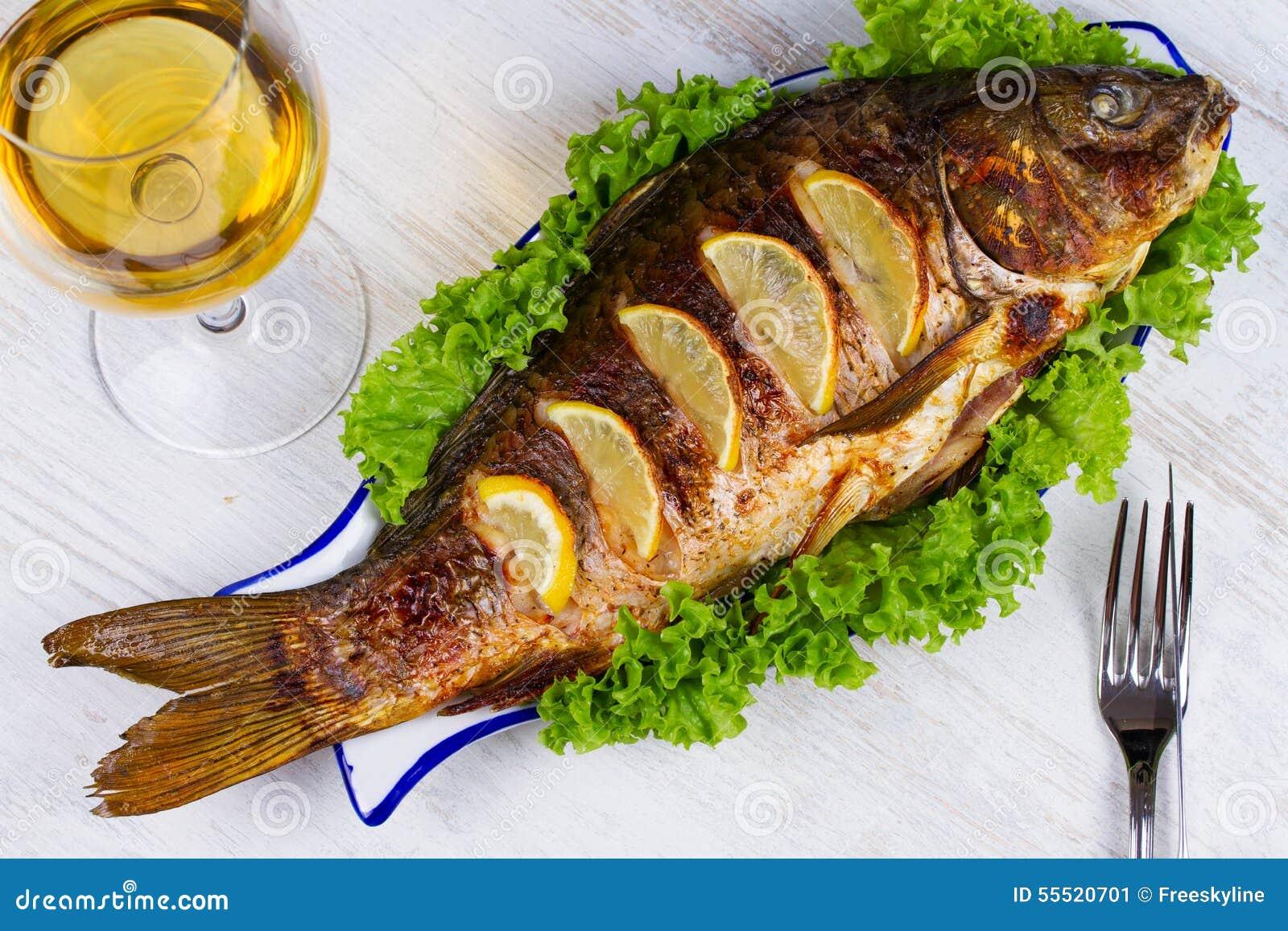 Carpa grelhada todo dos peixes
