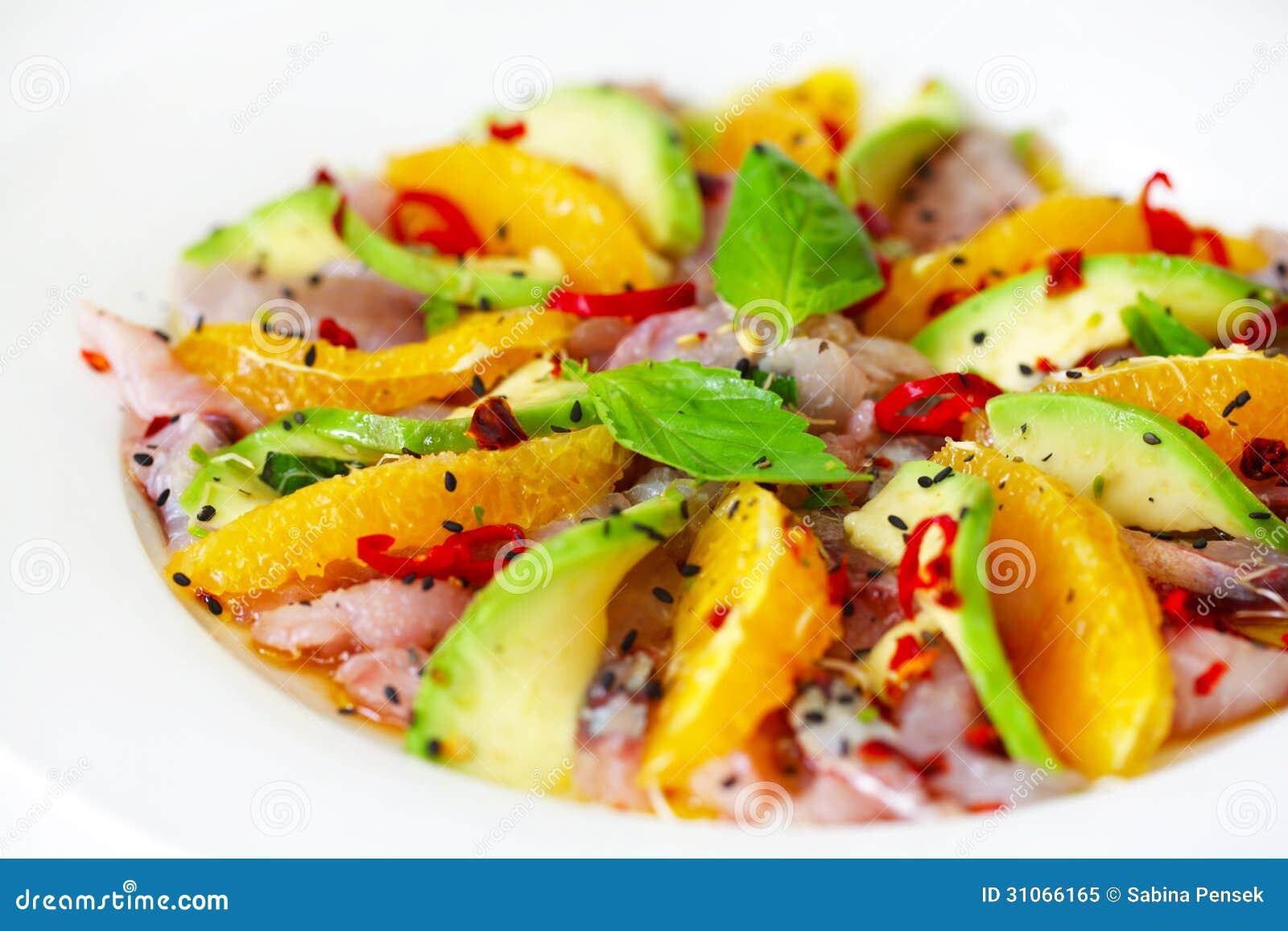 Carpaccio de salade de poisson cru avec l 39 avocat et les for Salade poisson