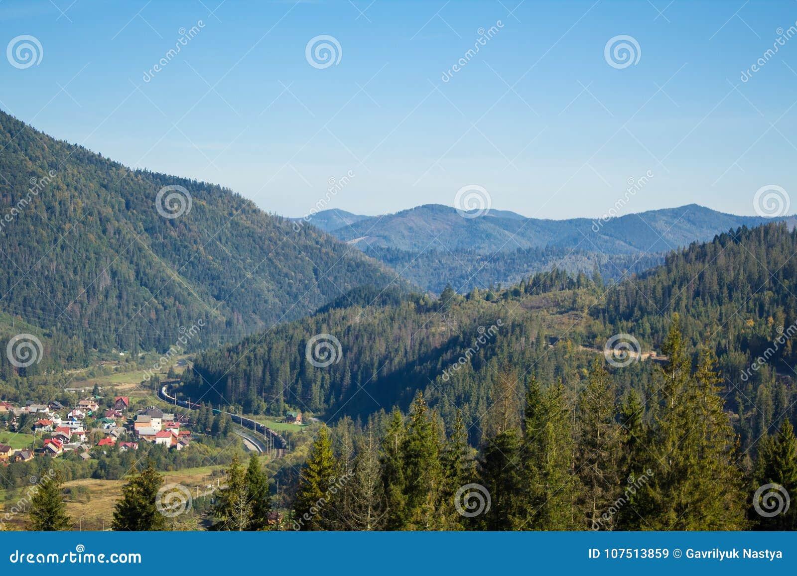 Carpathians Dal i blåa berg