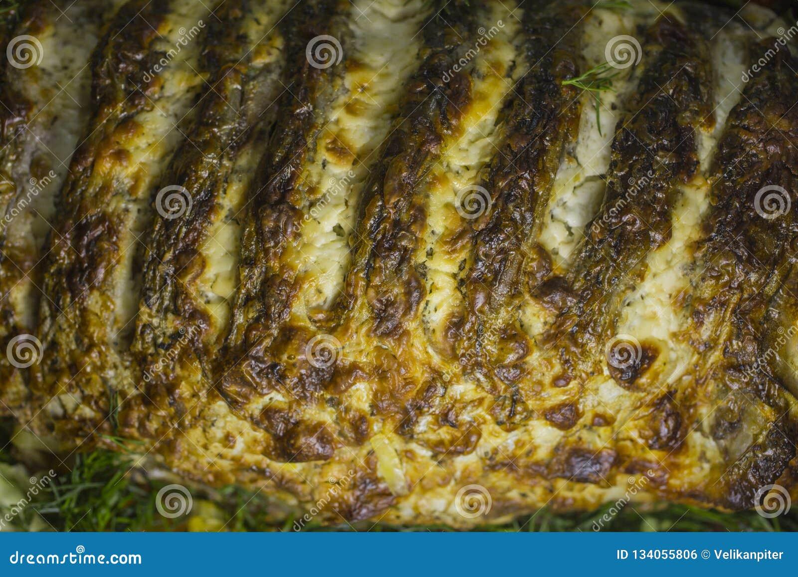 Carpe bourrée, décorée des légumes Plat de poisson