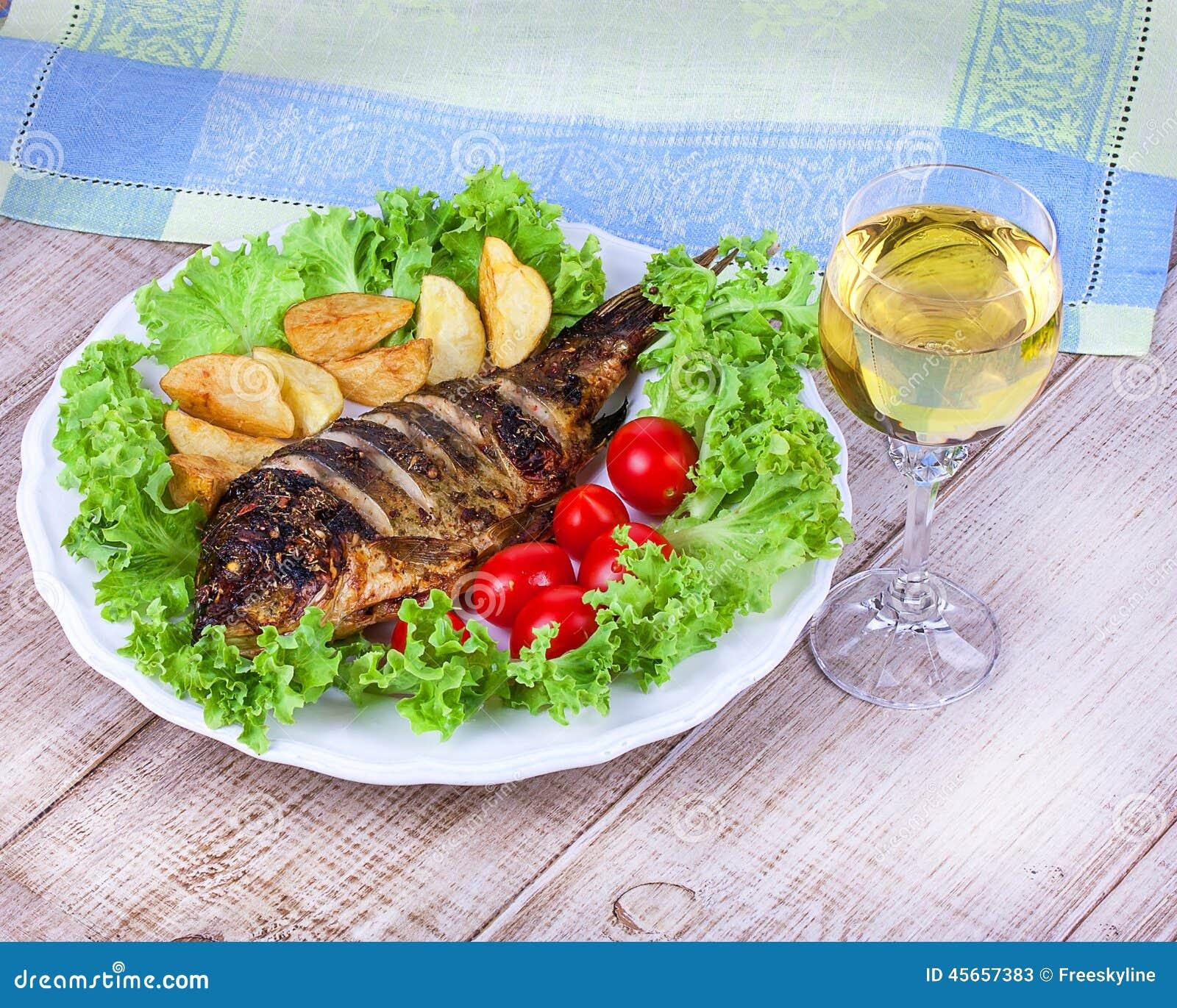 Carpe de poissons grillée par totalité