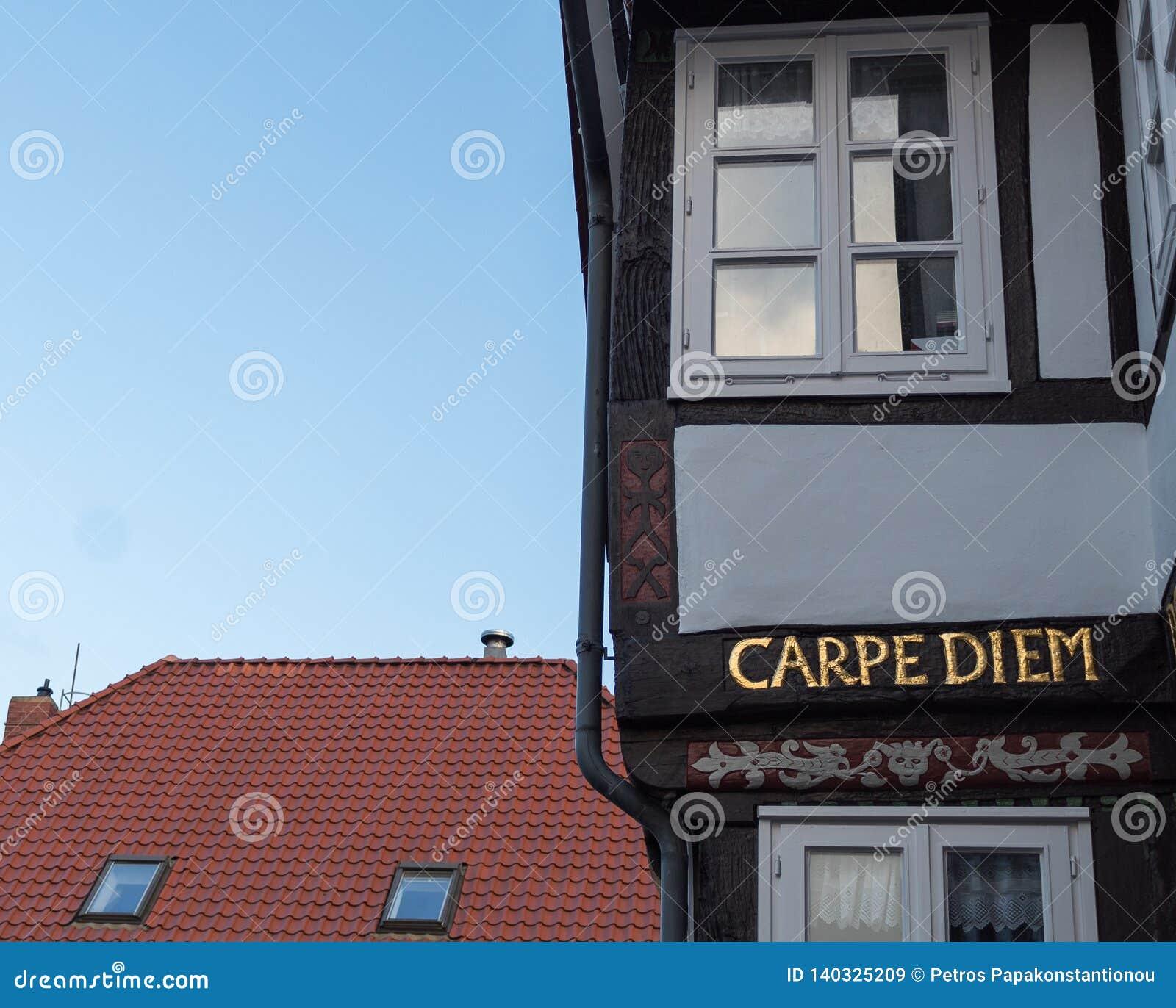 Carpe diem écrit dans les lettres d or sur un rétro bâtiment allemand classique