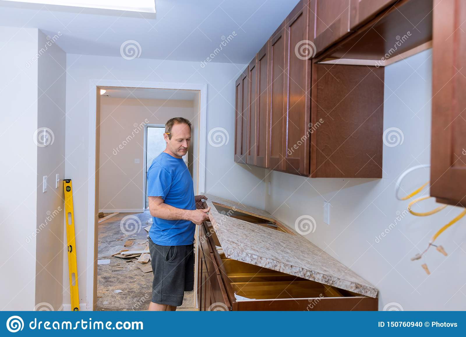 Carpentiere che installa il ripiano di c in una cucina