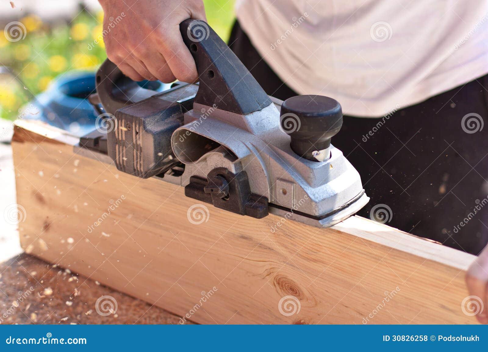Carpentiere con gli aerei elettrici