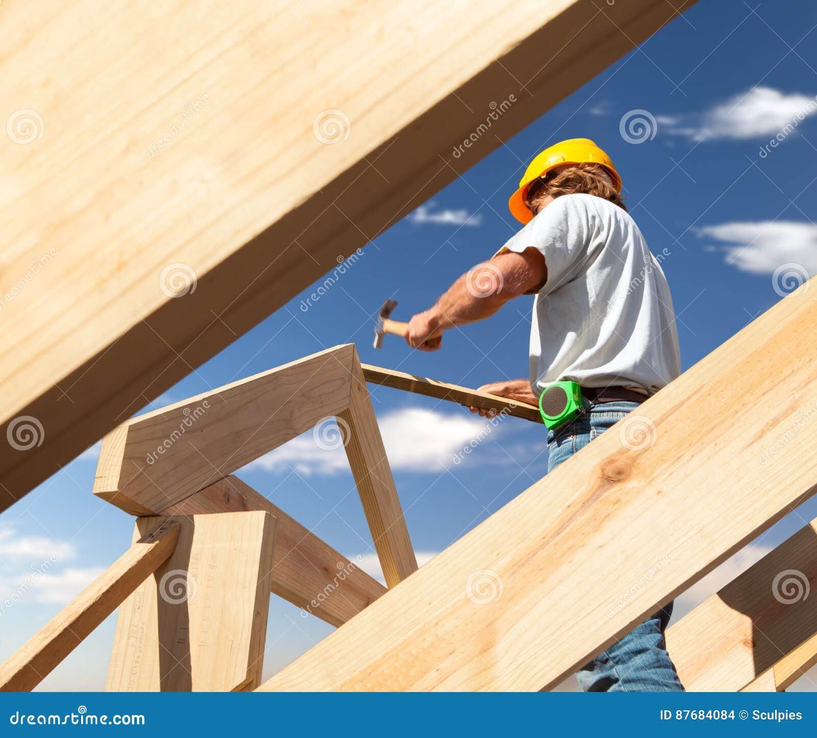 Carpentiere del Roofer che lavora al tetto sul cantiere