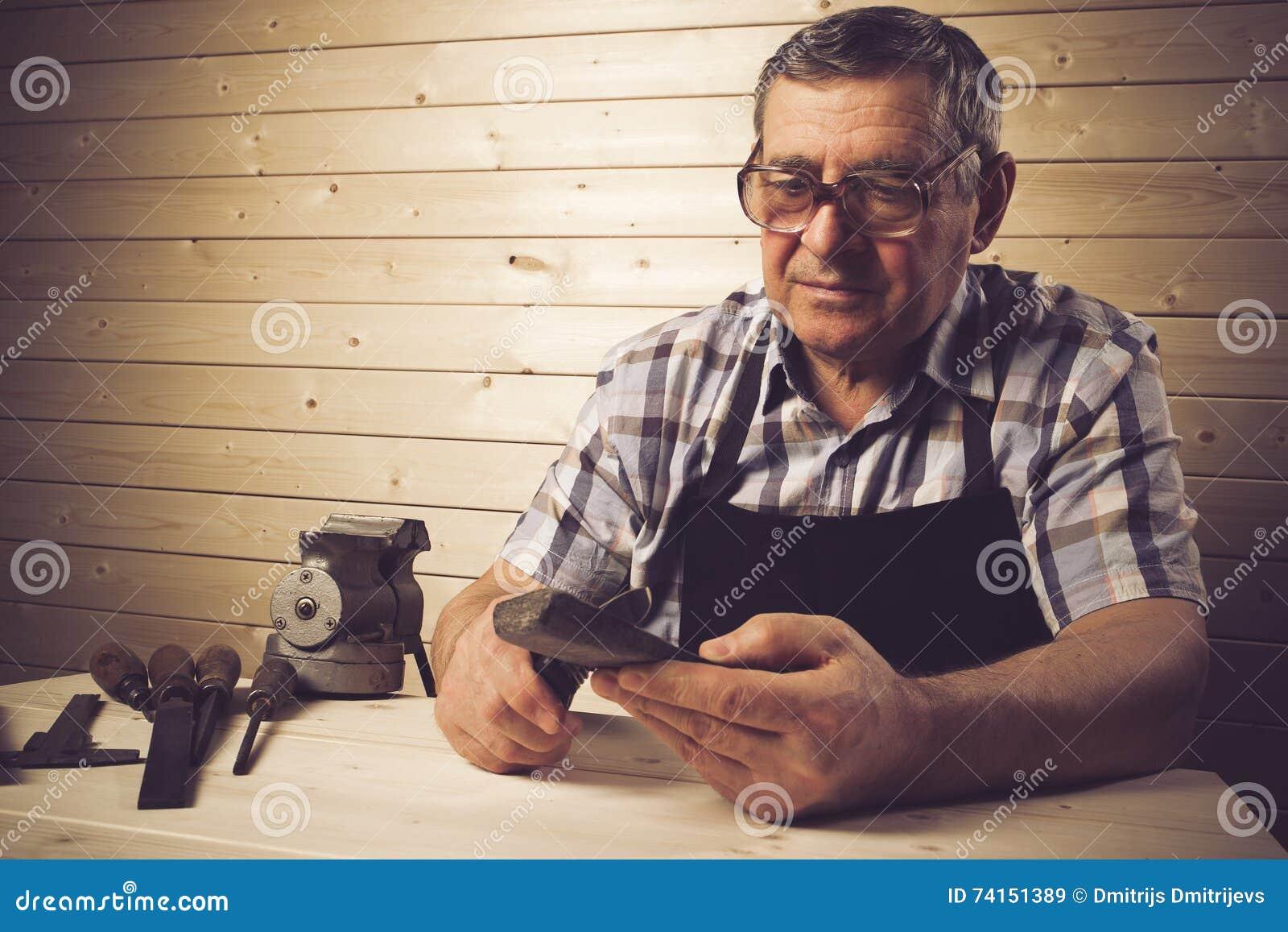 Carpentiere senior che lavora nella sua officina