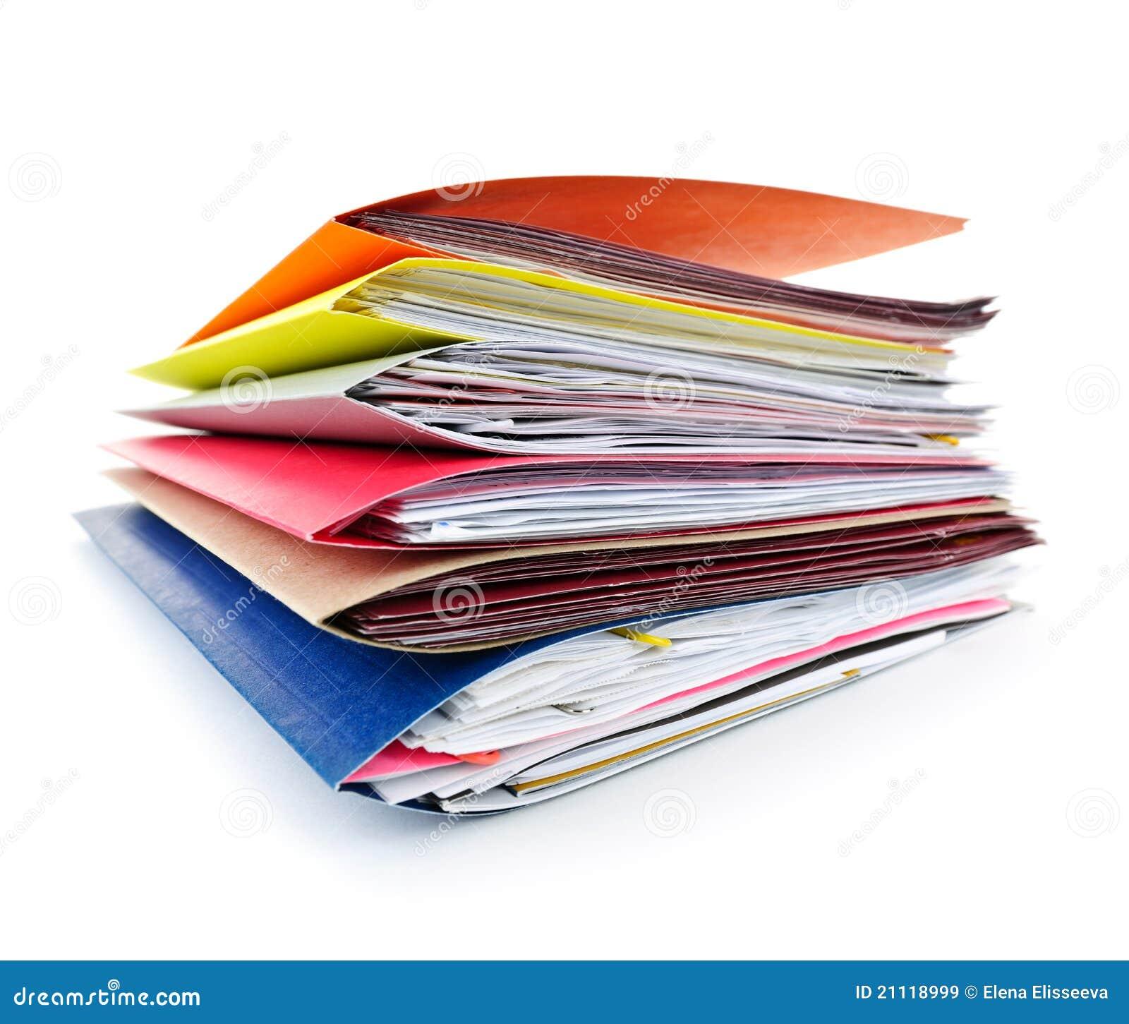 Pila de carpetas de fichero coloridas con los papeles en el fondo ...