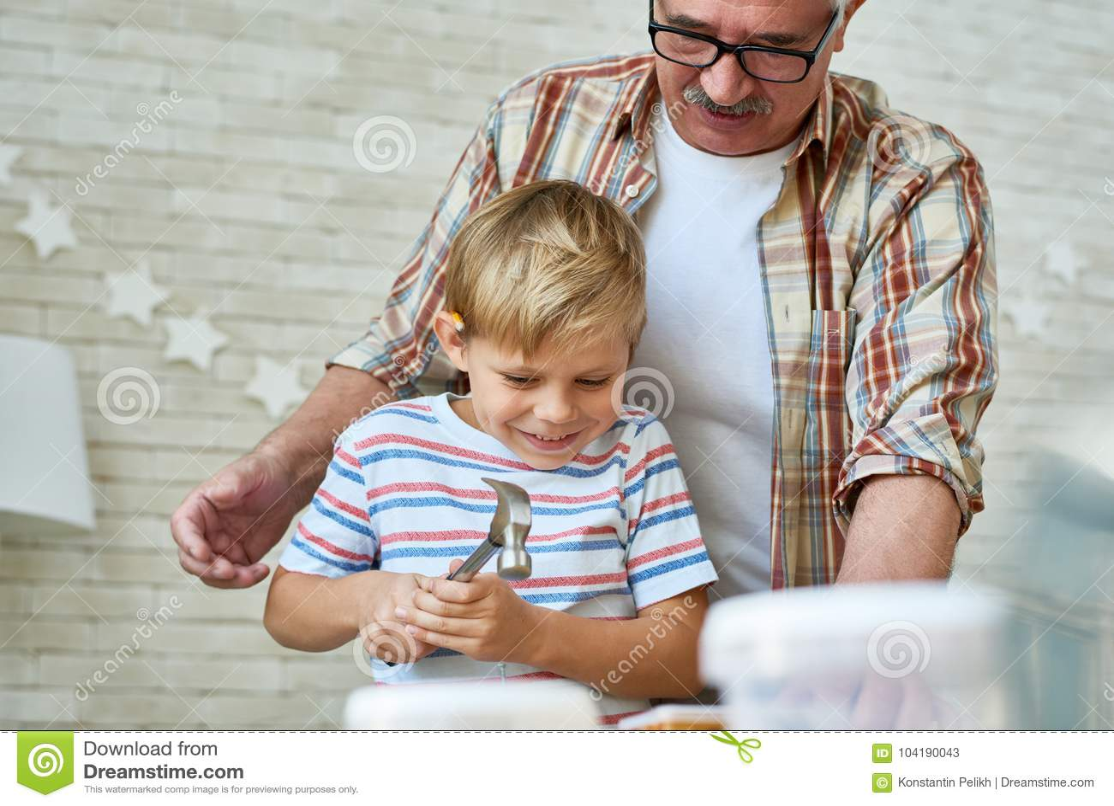 Carpintaria de ensino do neto do avô