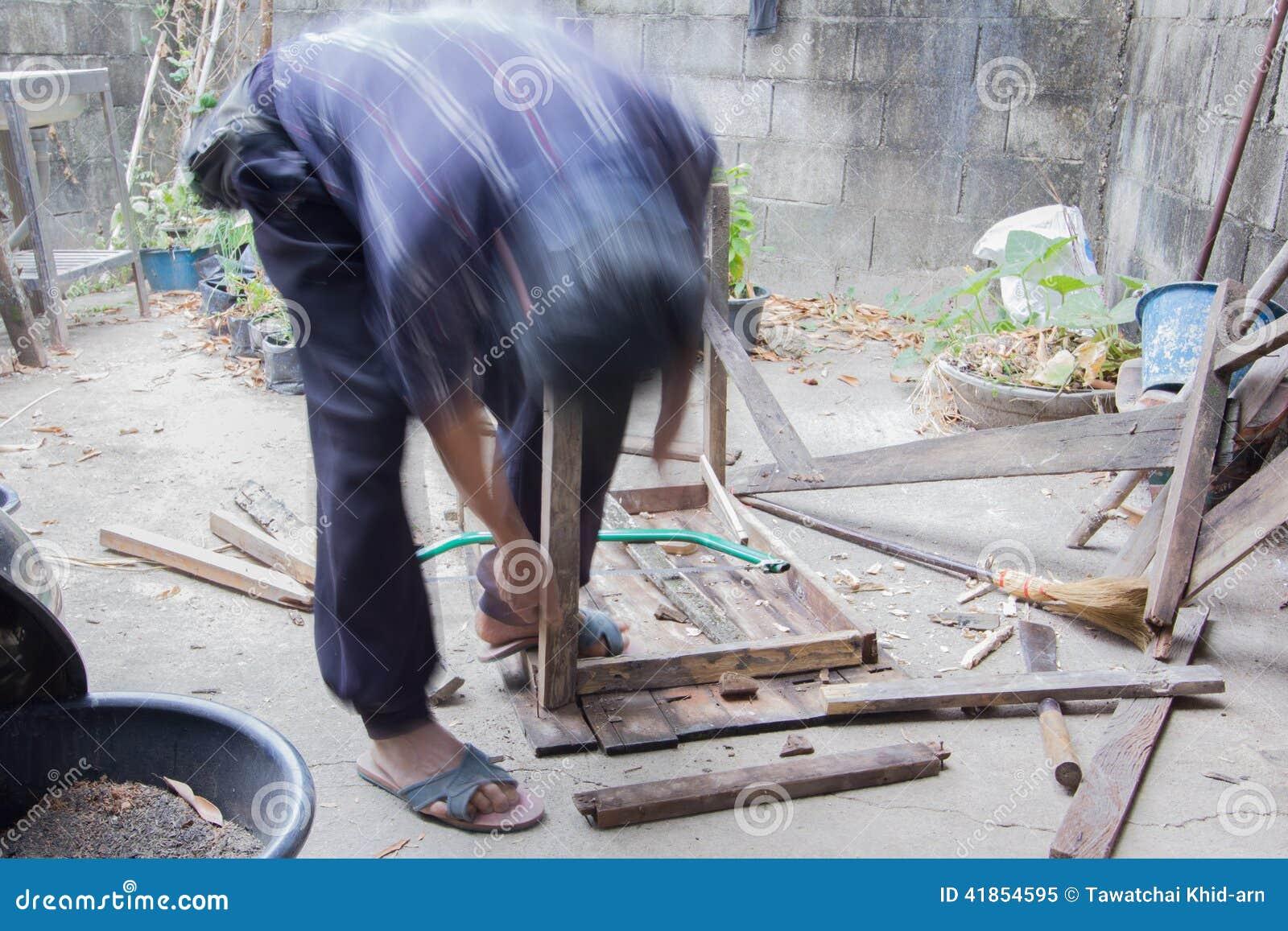 Carpinteiro que repara a tabela de madeira, ao estilo do borrão de movimento