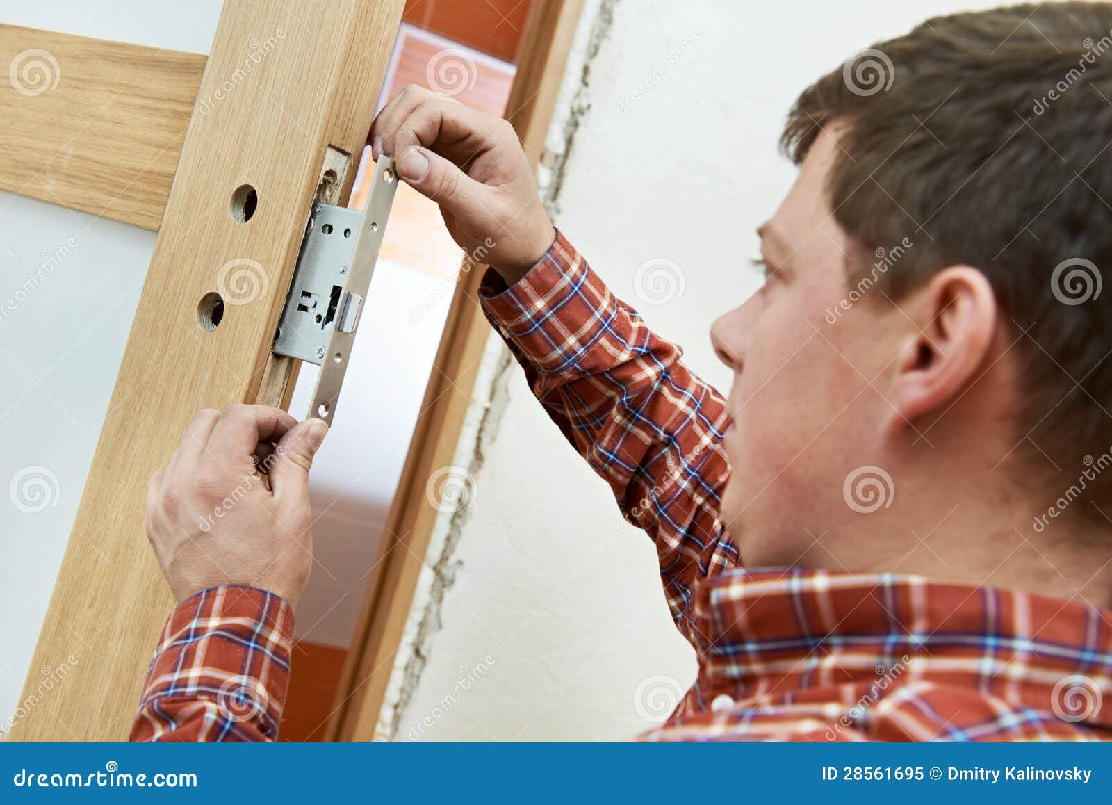 Carpintero en la instalación del bloqueo de puerta