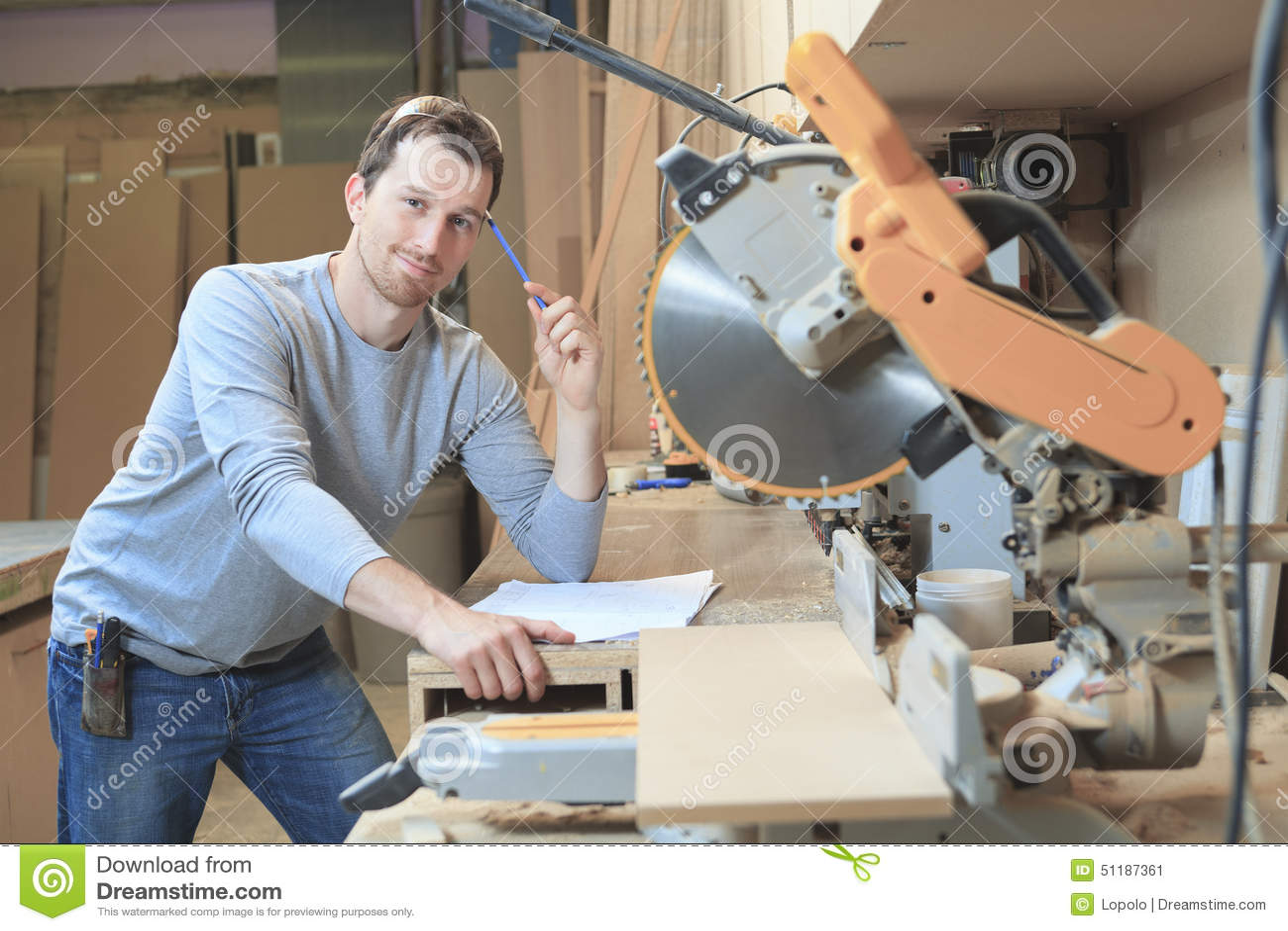 Carpintero en la tabla del drenaje en taller