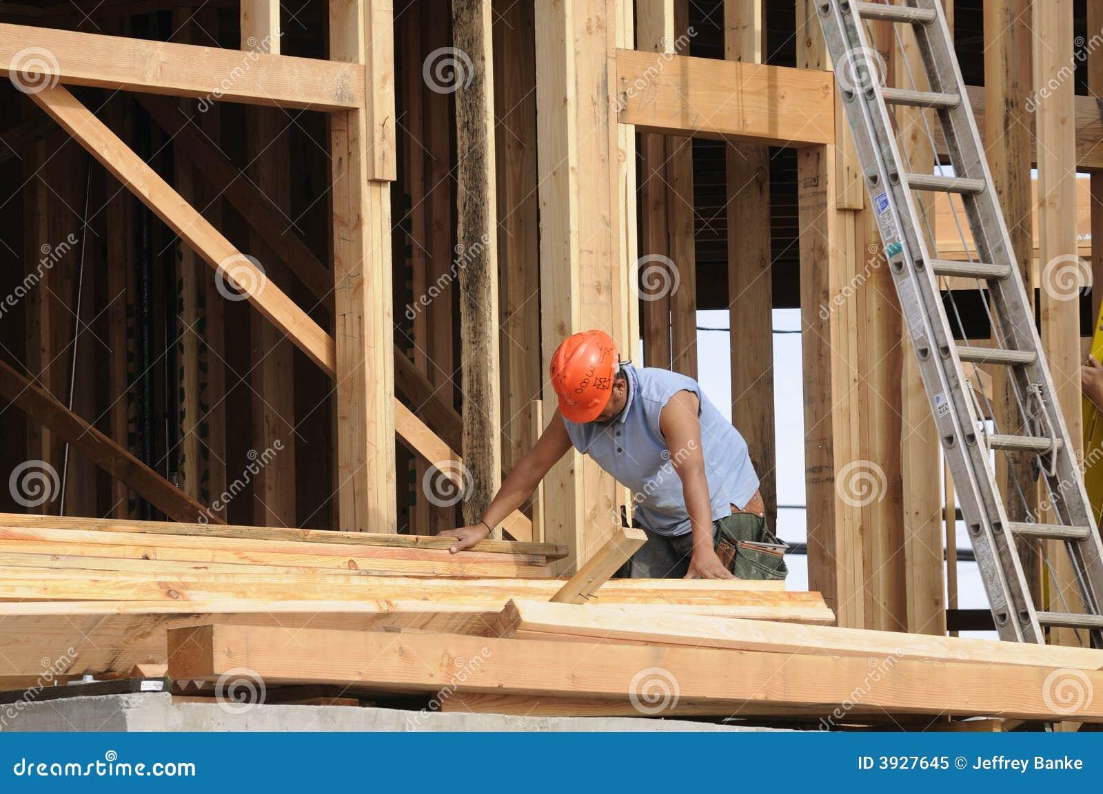 Carpintero hispánico que clasifica la madera