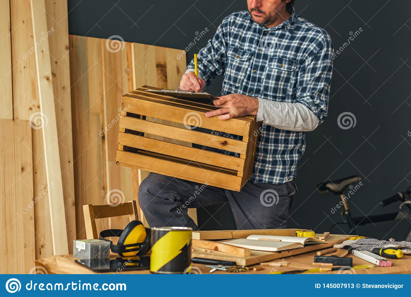 Carpintero que hace el caj?n de madera en taller de la artesan?a en madera de la peque?a empresa