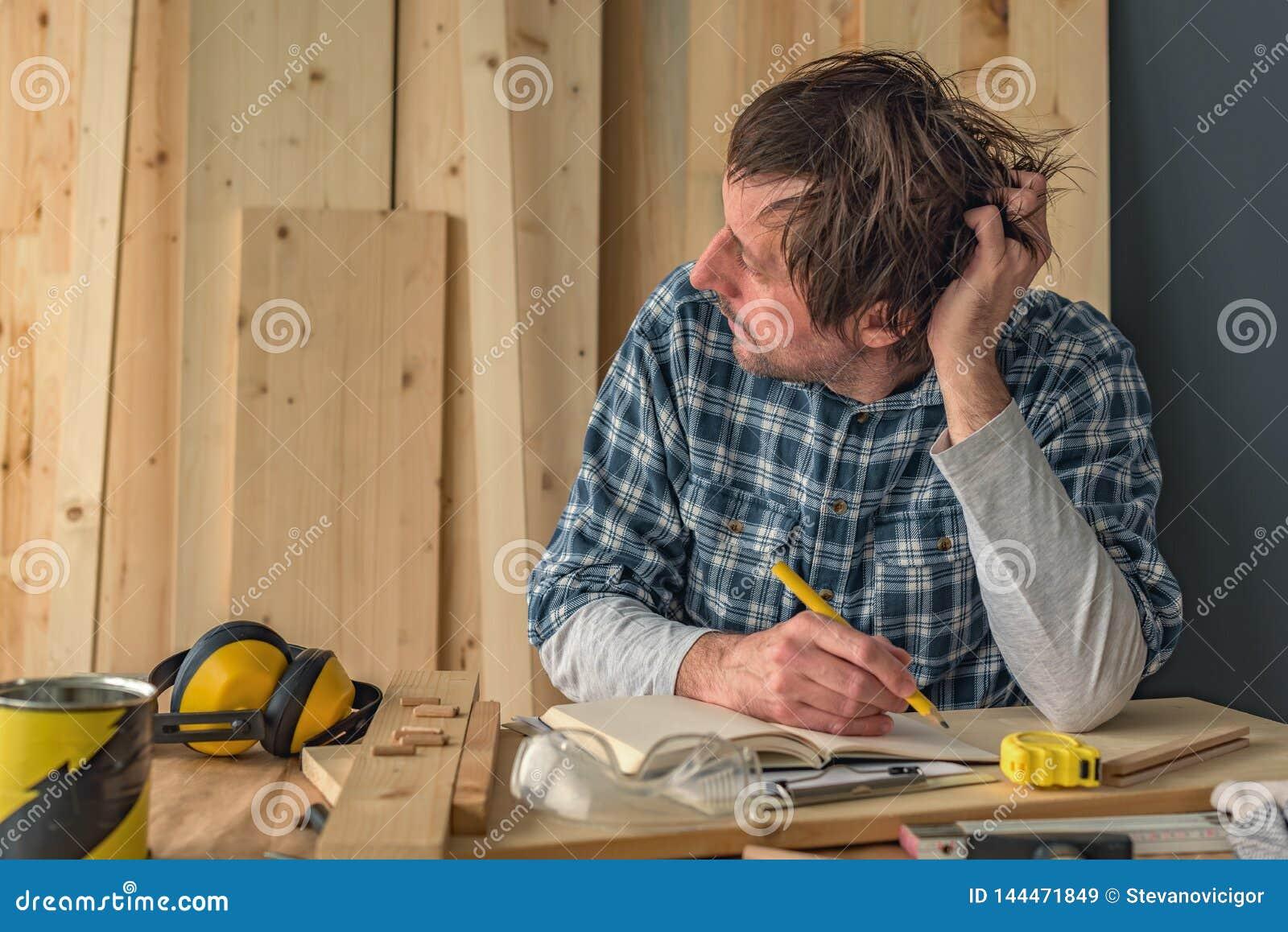 Carpintero que piensa en interior del taller de la artesanía en madera de la pequeña empresa