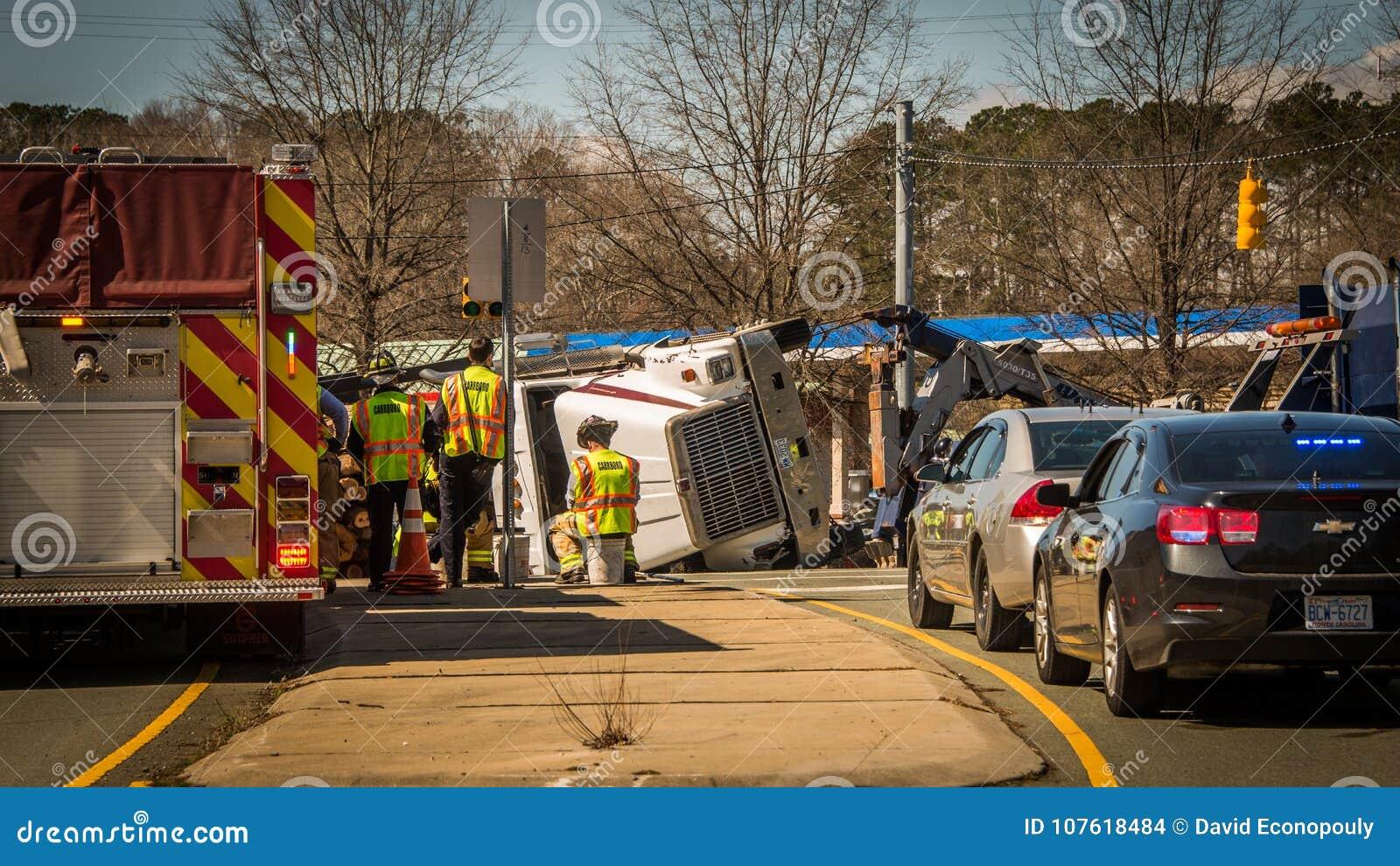 Carrboro NC, /US-March 10 2017: Carro de bombeiros e carros de polícia com o caminhão de registro virado
